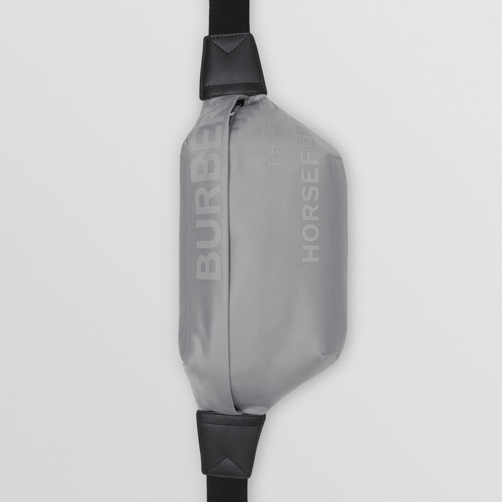 ホースフェリープリント ECONYL® ソニーバムバッグ - メンズ | バーバリー - ギャラリーイメージ 2
