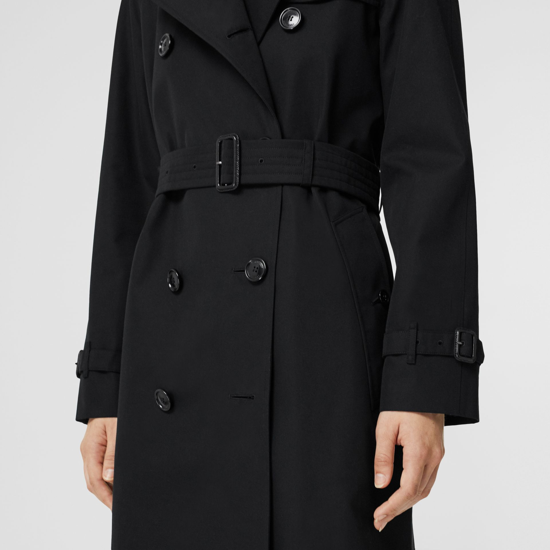 The Long Waterloo Heritage Trench Coat in Black | Burberry - gallery image 3