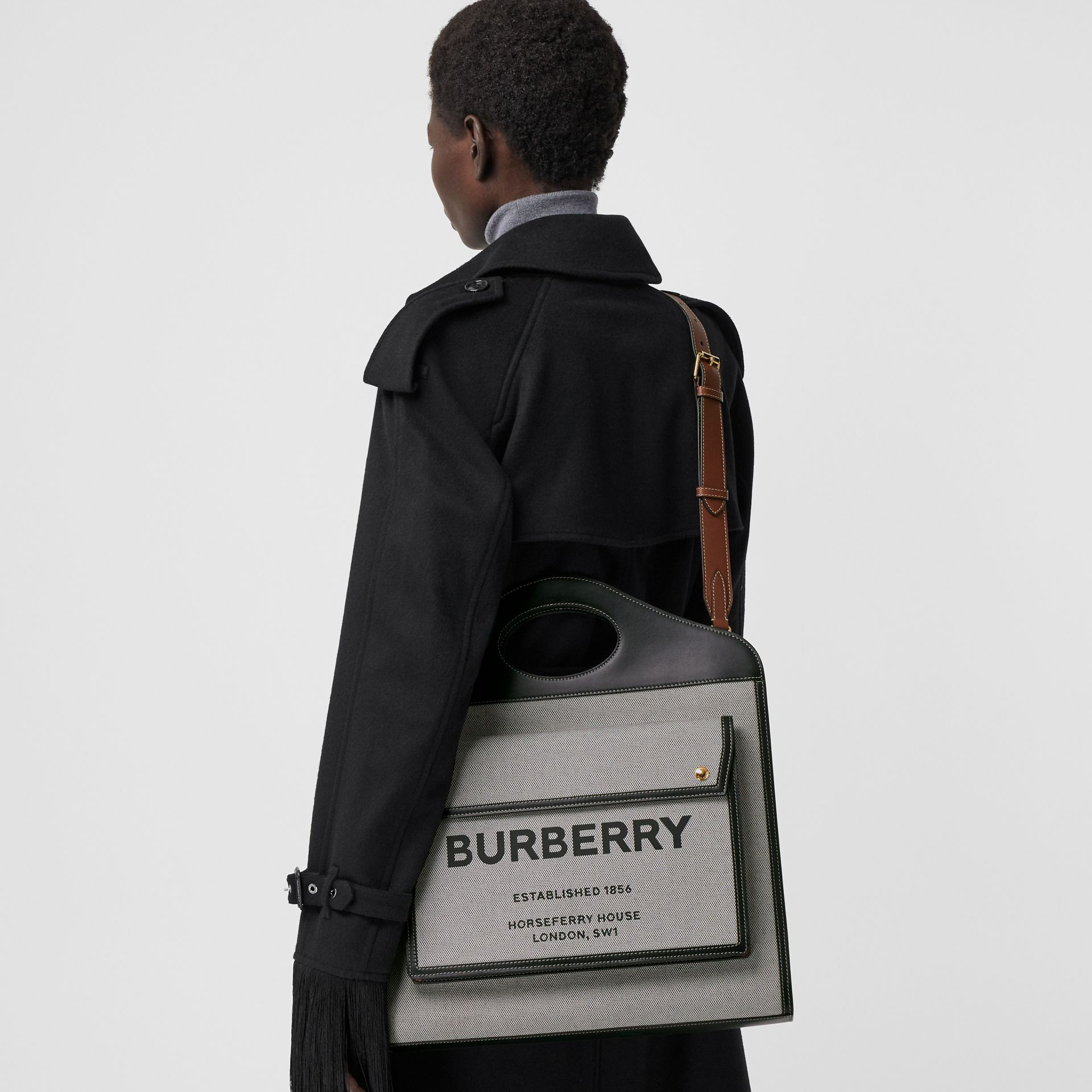 Borsa Pocket media bicolore in tela e pelle (Nero/marroncino) - Donna | Burberry - immagine della galleria 7