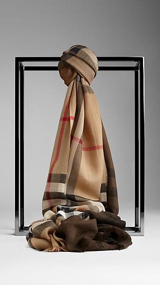 Schal aus Wolle und Seide mit Ombre Check-Muster
