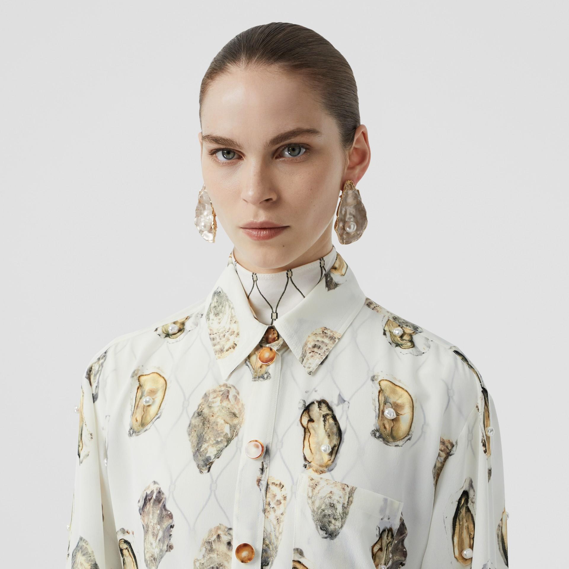 Camisa oversize de seda com estampa de ostra (Branco) - Mulheres | Burberry - galeria de imagens 1