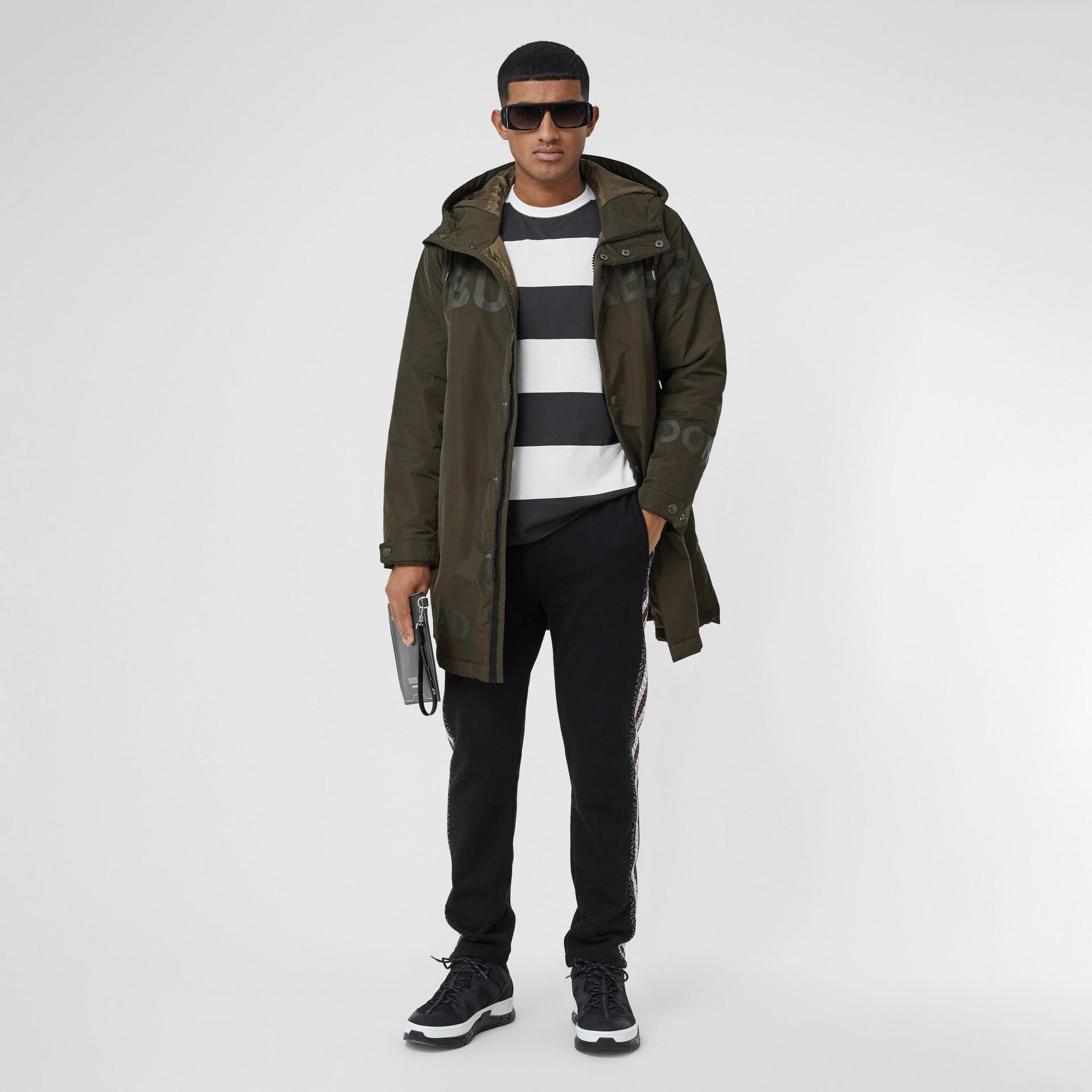 Cappotto con cappuccio in taffetà a memoria di forma con stampa Horseferry (Cachi) - Uomo | Burberry - immagine della galleria 0