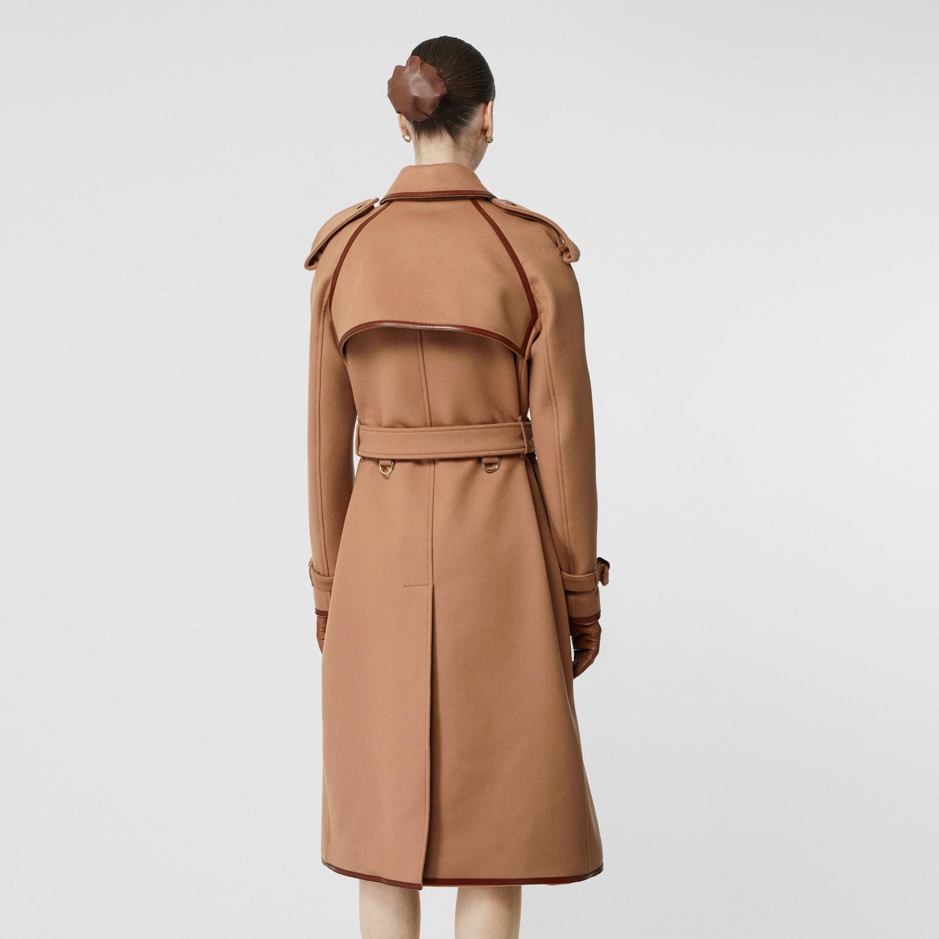 Trench coat em lã e cashmere com detalhe de recorte com botões (Camel) - Mulheres | Burberry - galeria de imagens 2