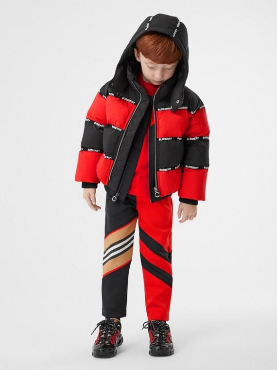 Jaqueta acolchoada listrada com capuz e fita com logotipo