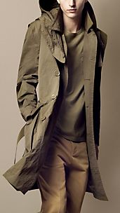 Trench coat largo con capucha