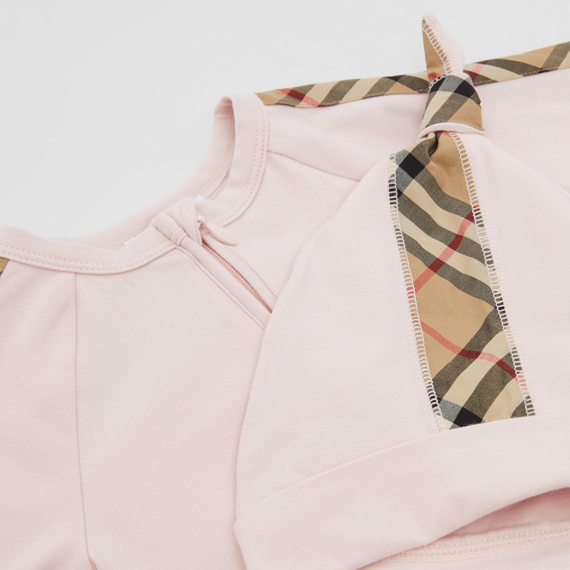 Gift set para bebê com três peças em algodão orgânico com detalhe xadrez (Rosa Gelo) - Crianças | Burberry - galeria de imagens 1