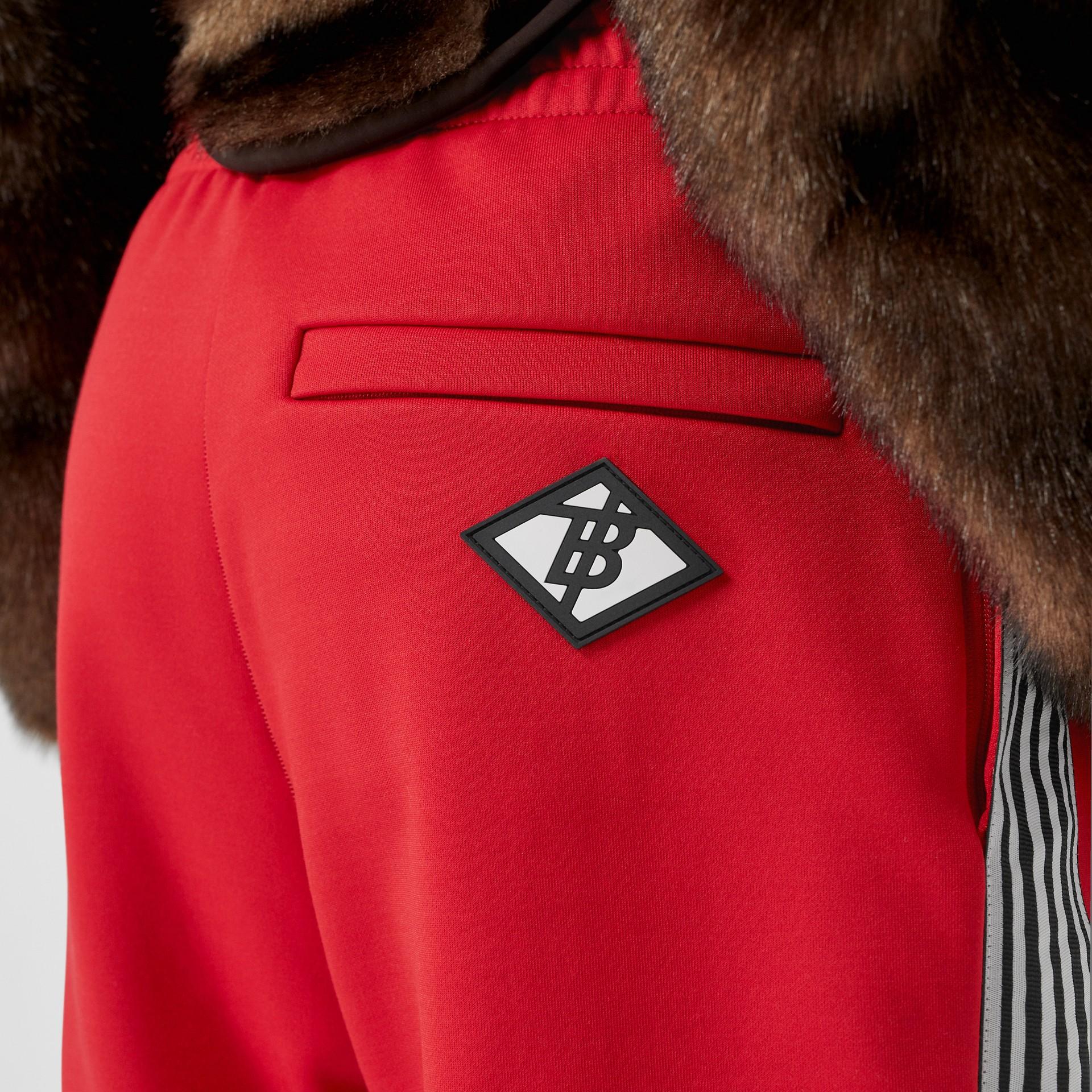 Track pants de malha com cintura dupla e detalhe listrado (Vermelho Intenso) - Mulheres | Burberry - galeria de imagens 5