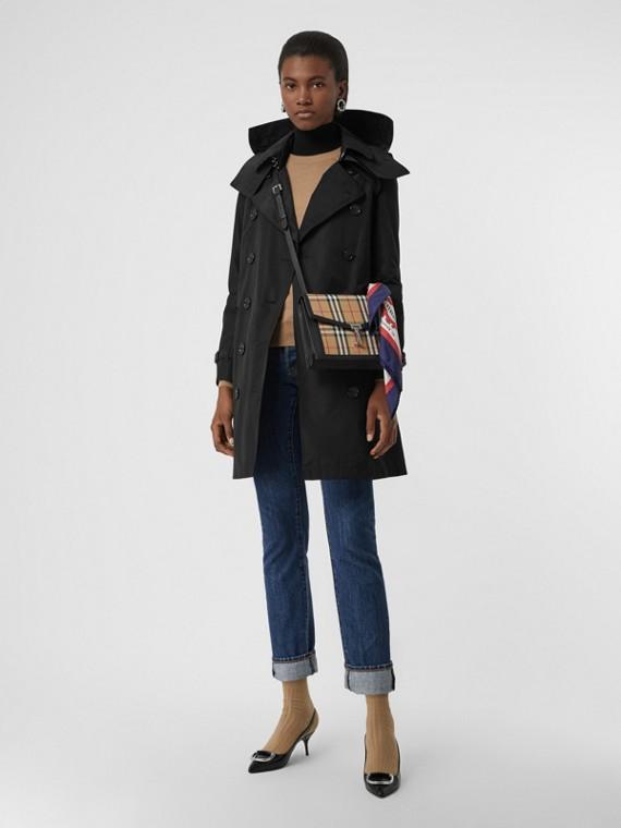Trench coat en tafetán con capucha de quita y pon (Negro)