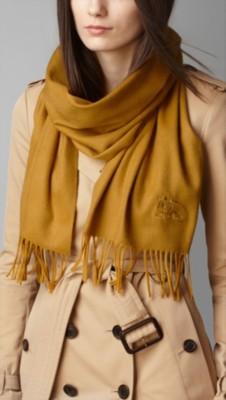 淡橙色围巾搭配衣服