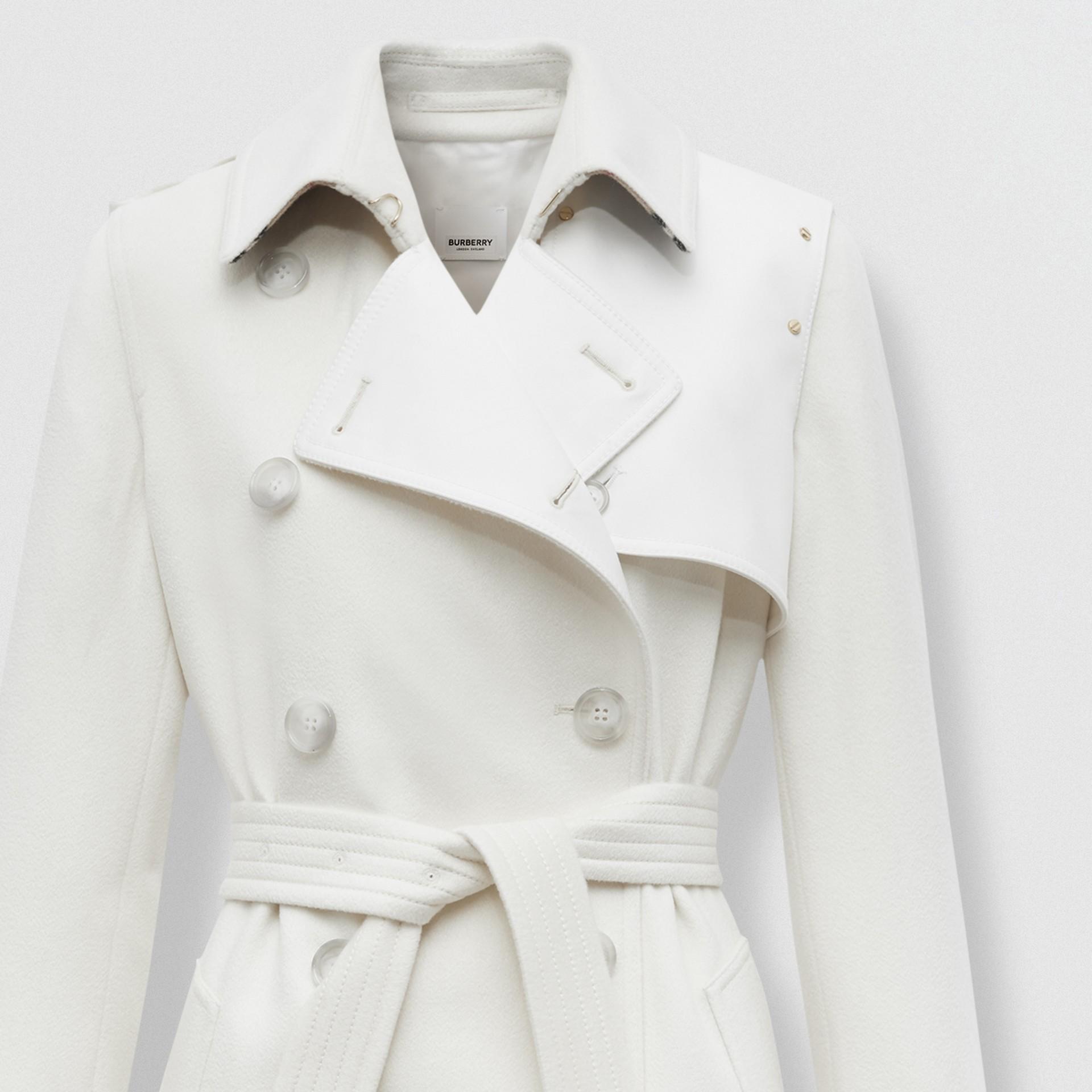 Trench coat in cashmere con pannello in gabardine di cotone (Bianco Naturale) - Donna | Burberry - immagine della galleria 6