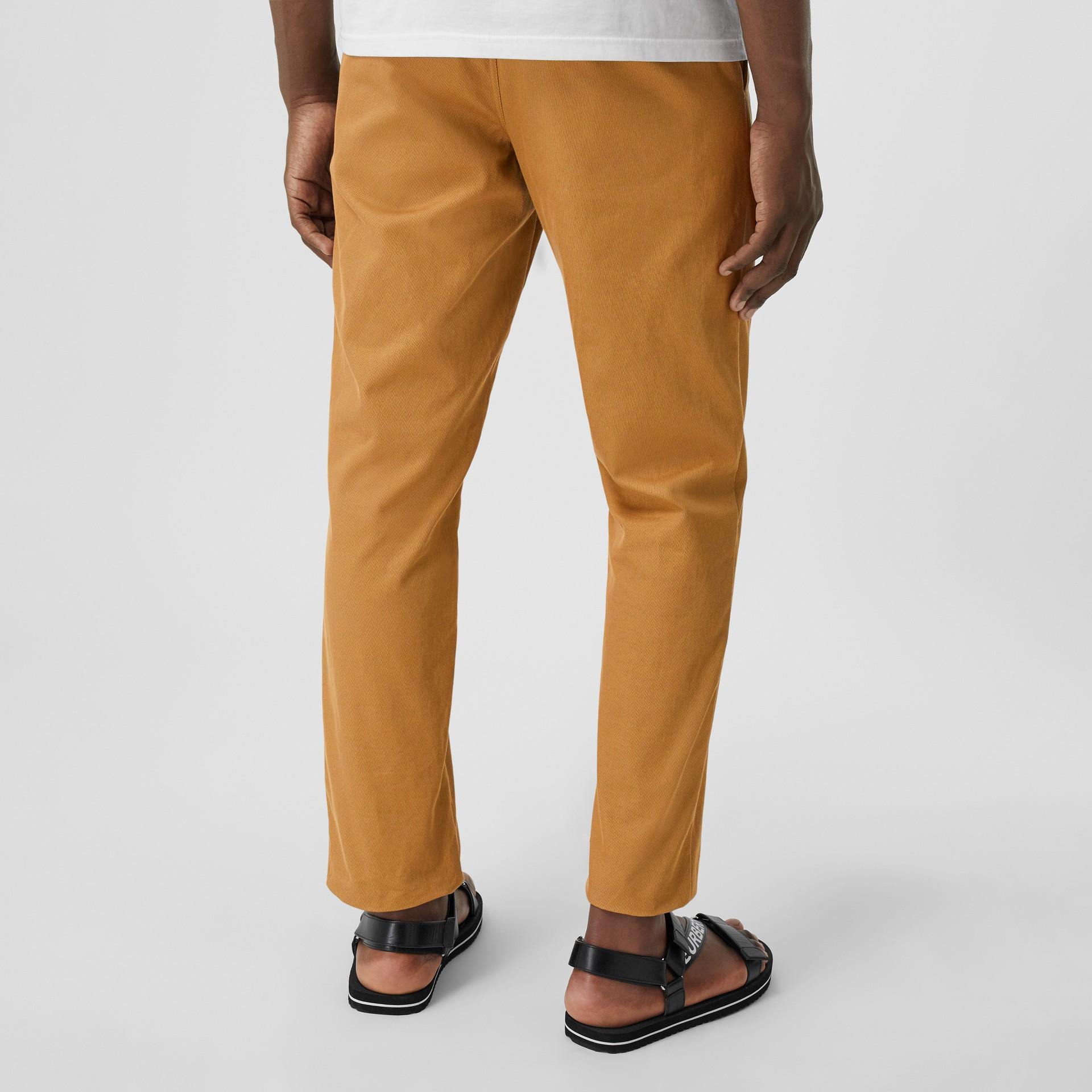 Pantalones chinos rectos en algodón con detalle de logotipo (Cámel) - Hombre | Burberry - imagen de la galería 2