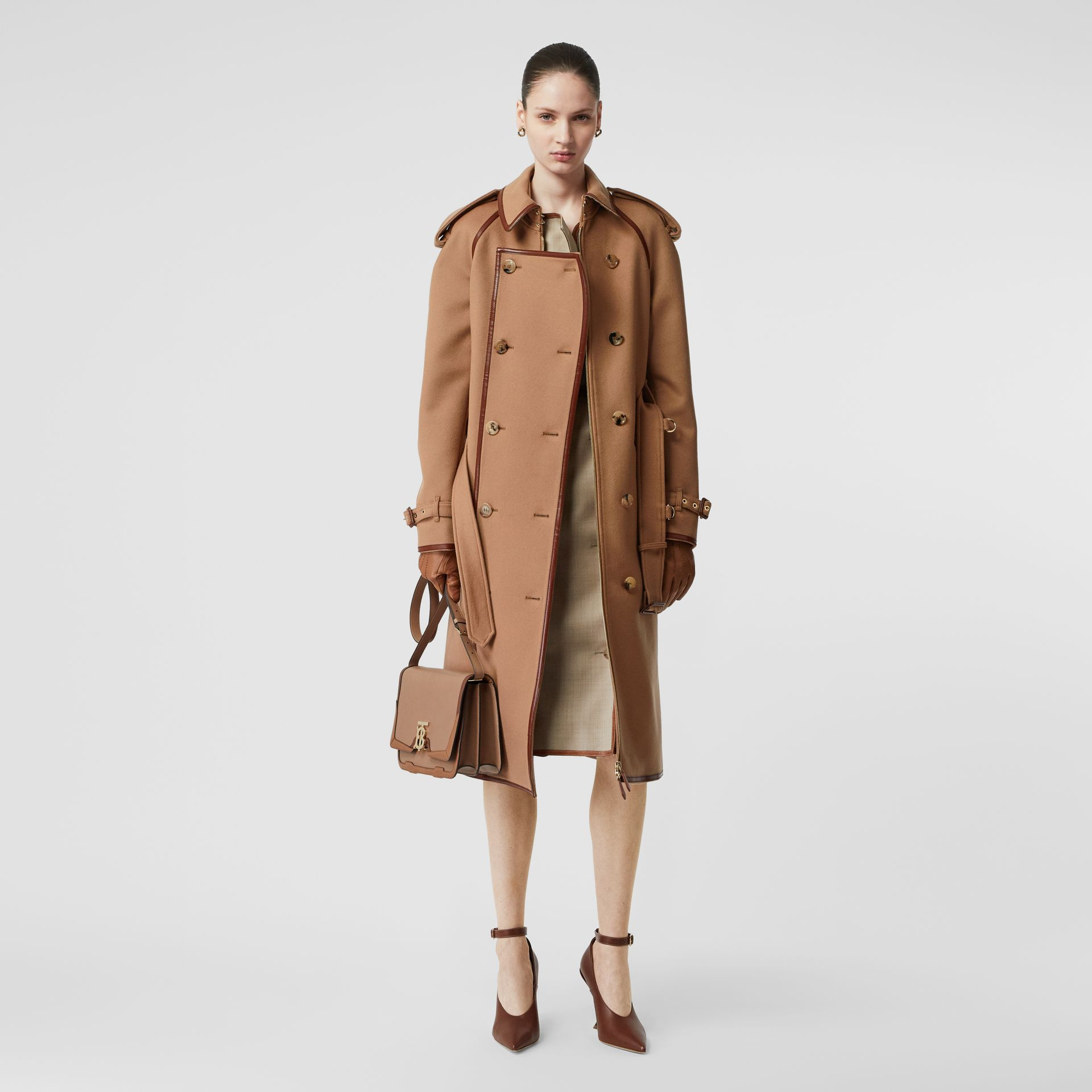 Trench coat em lã e cashmere com detalhe de recorte com botões (Camel) - Mulheres | Burberry - galeria de imagens 0