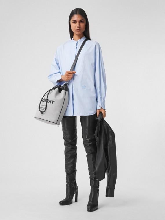 Camisa extragrande en algodón con motivo de monograma (Azul Pálido)