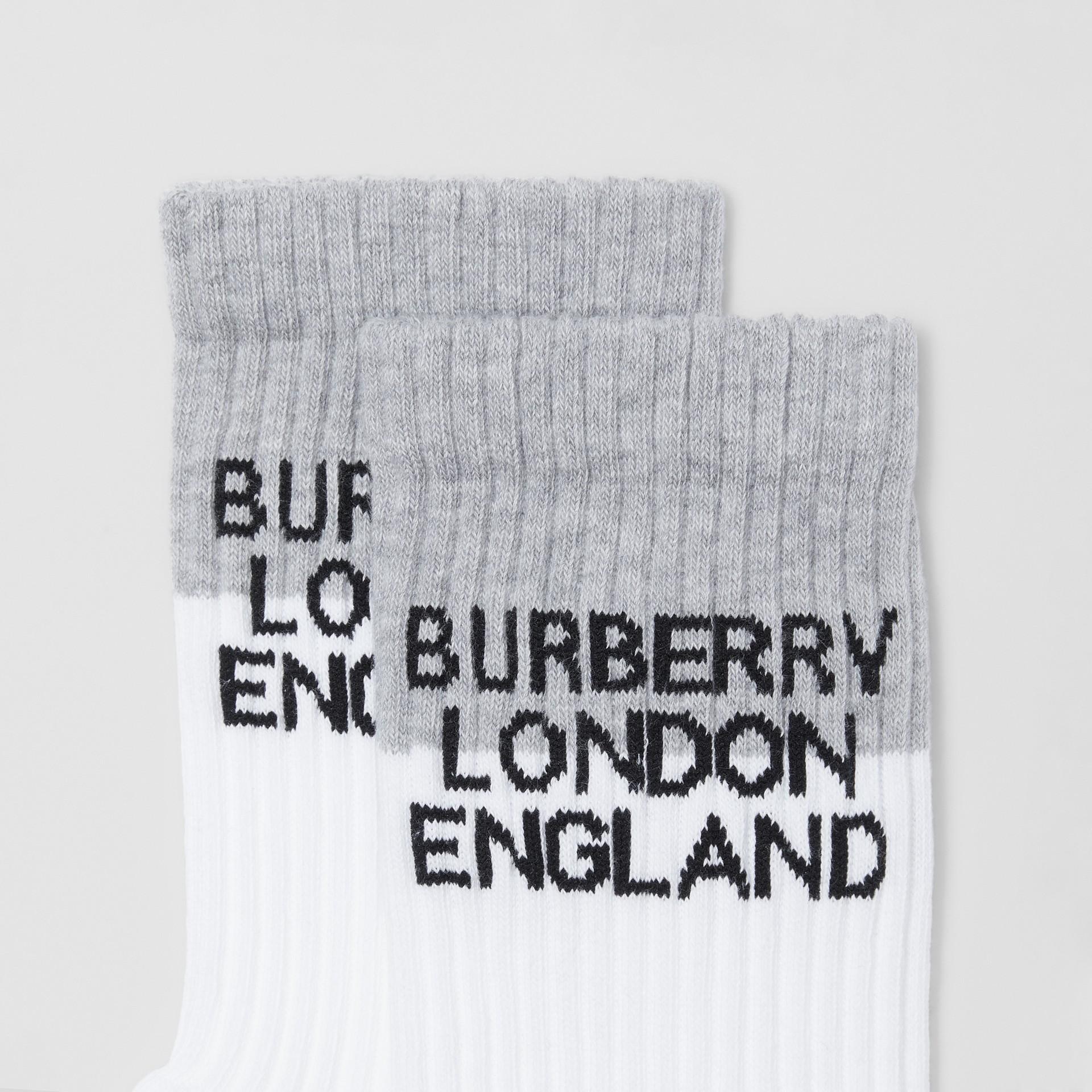 徽標嵌花科技伸縮棉質襪 (白色/混合灰) | Burberry - 圖庫照片 1