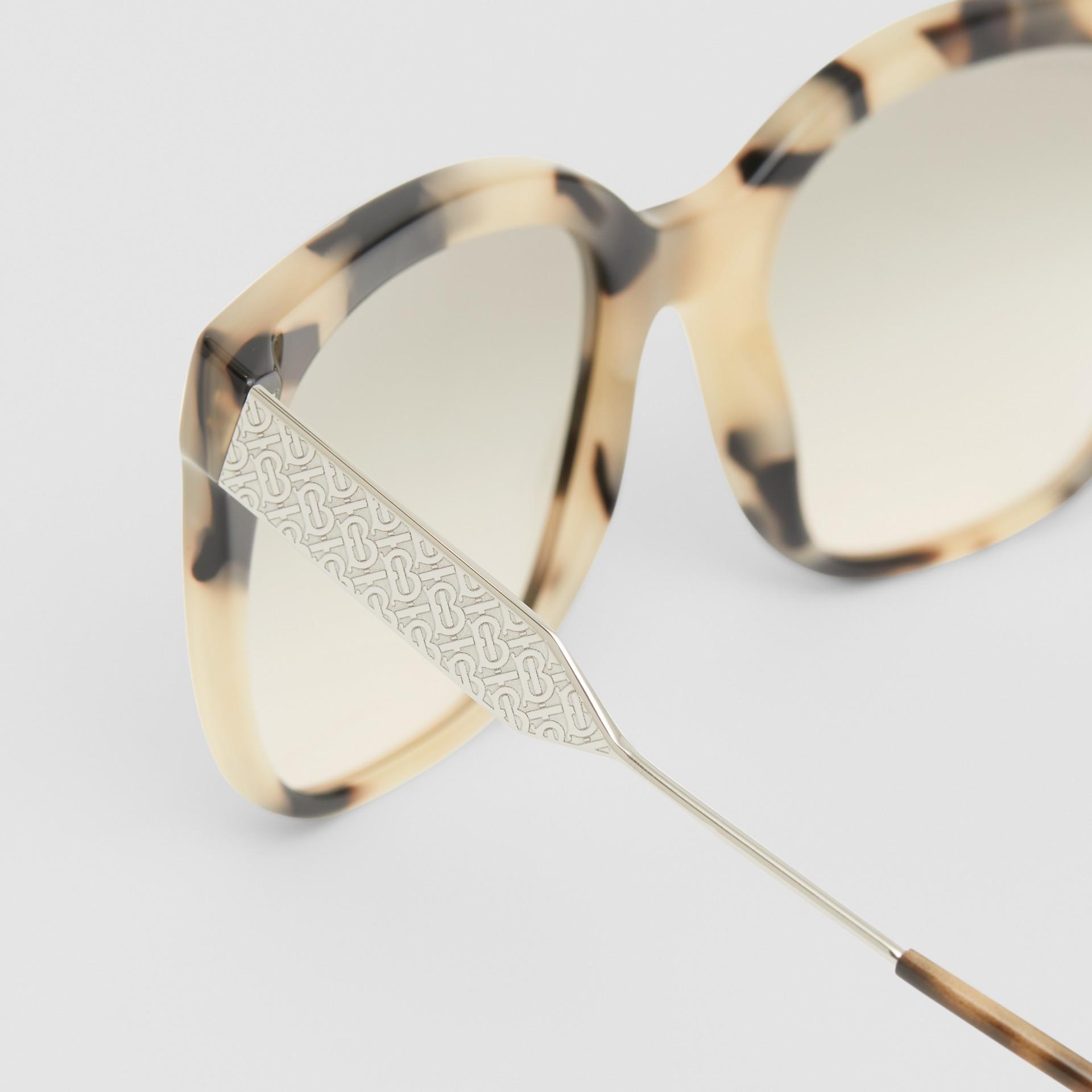 Óculos de sol com armação borboleta (Casco  Tartaruga Mel) - Mulheres | Burberry - galeria de imagens 1