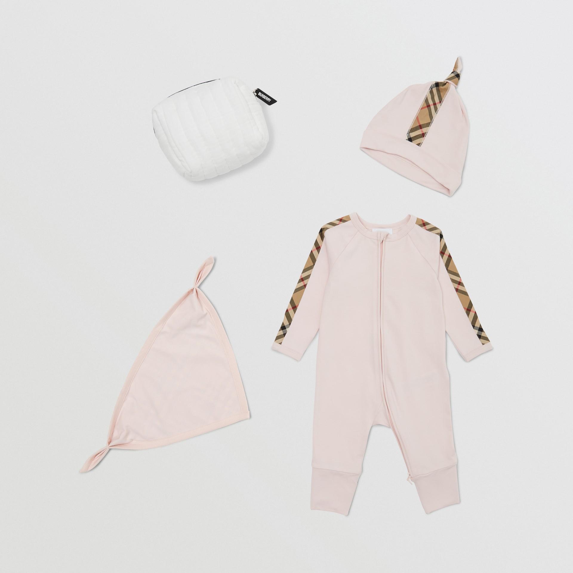 Gift set para bebê com três peças em algodão orgânico com detalhe xadrez (Rosa Gelo) - Crianças | Burberry - galeria de imagens 0
