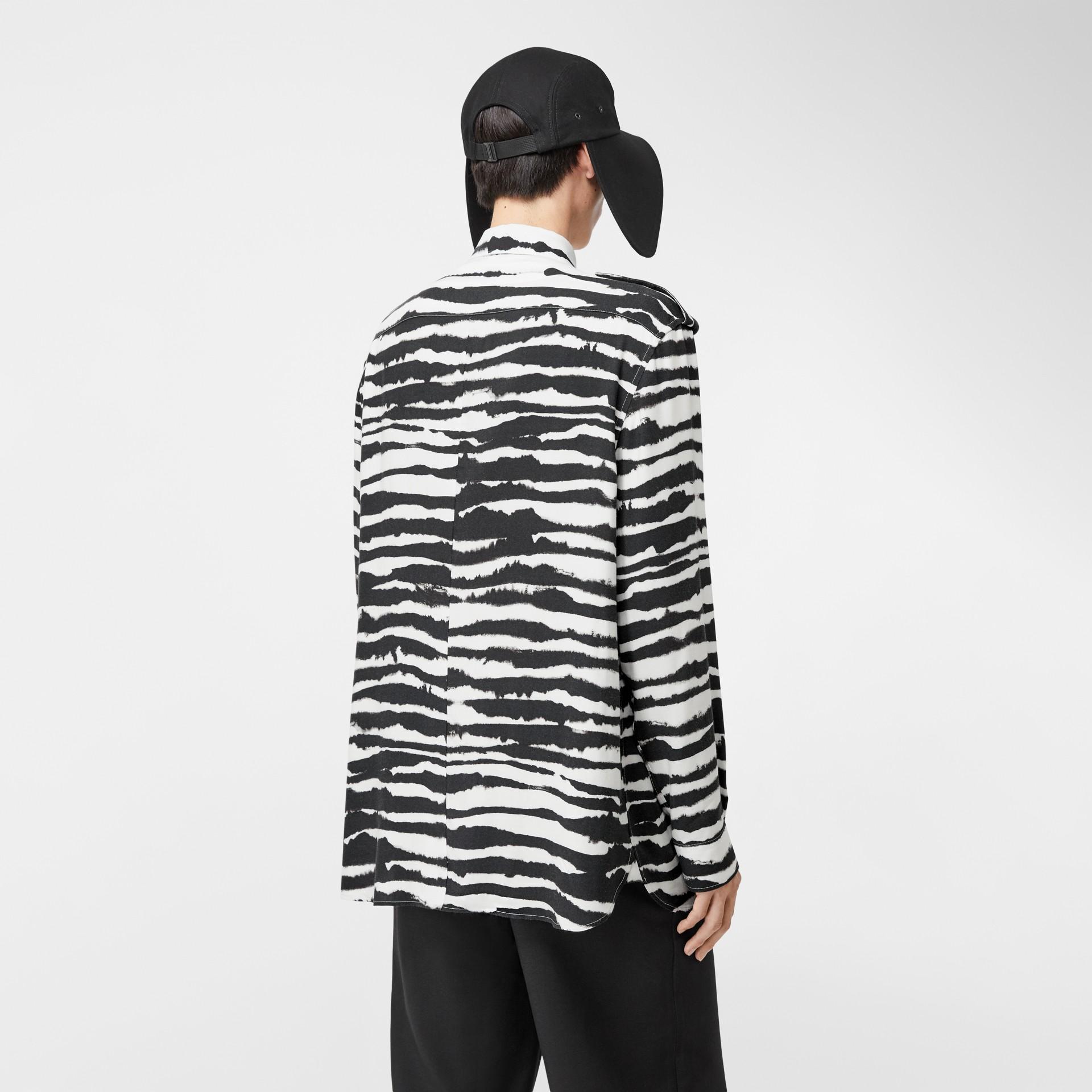 Camisa oversize de sarja com estampa de aquarela e detalhe contrastante (Monocromático) | Burberry - galeria de imagens 2