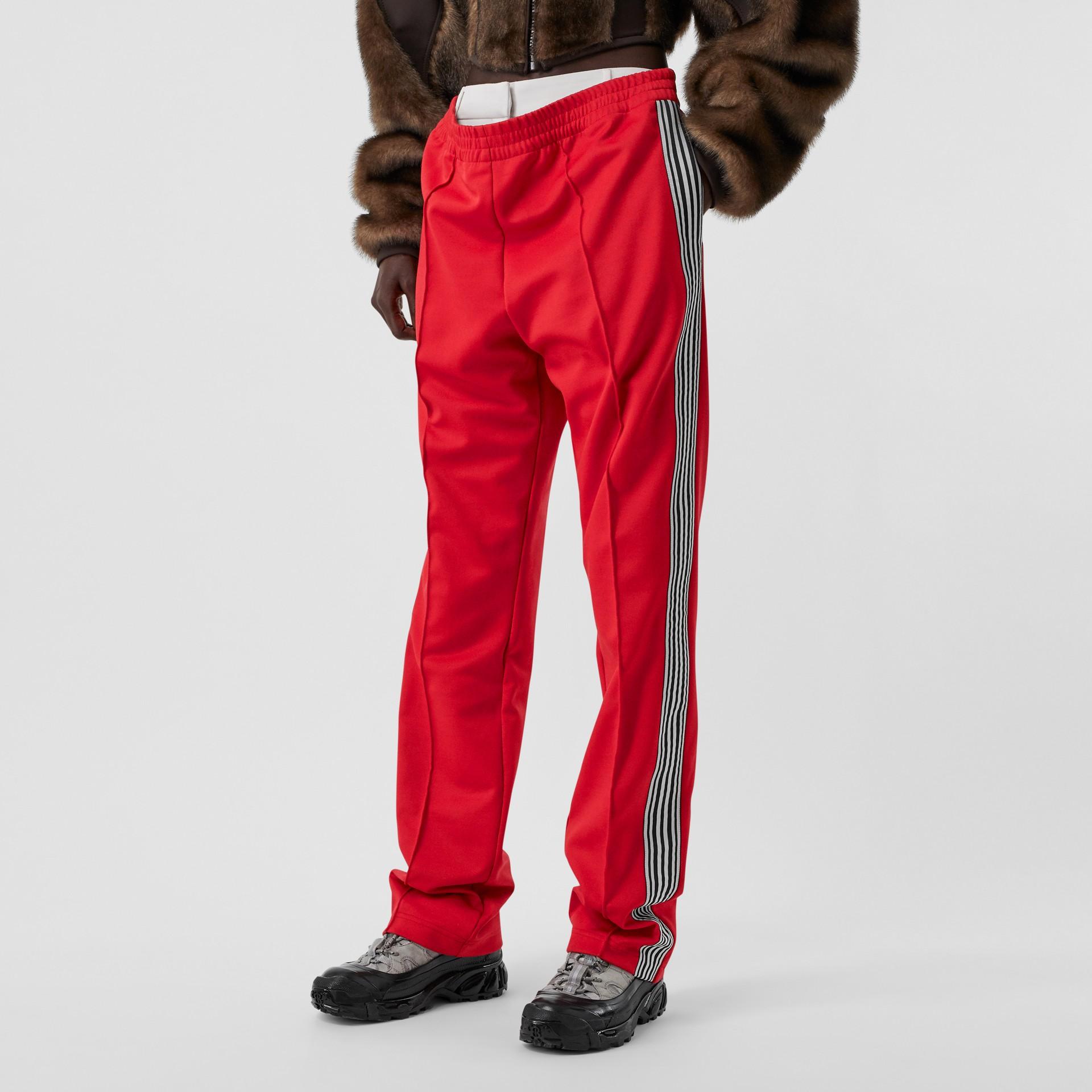 Track pants de malha com cintura dupla e detalhe listrado (Vermelho Intenso) - Mulheres | Burberry - galeria de imagens 4