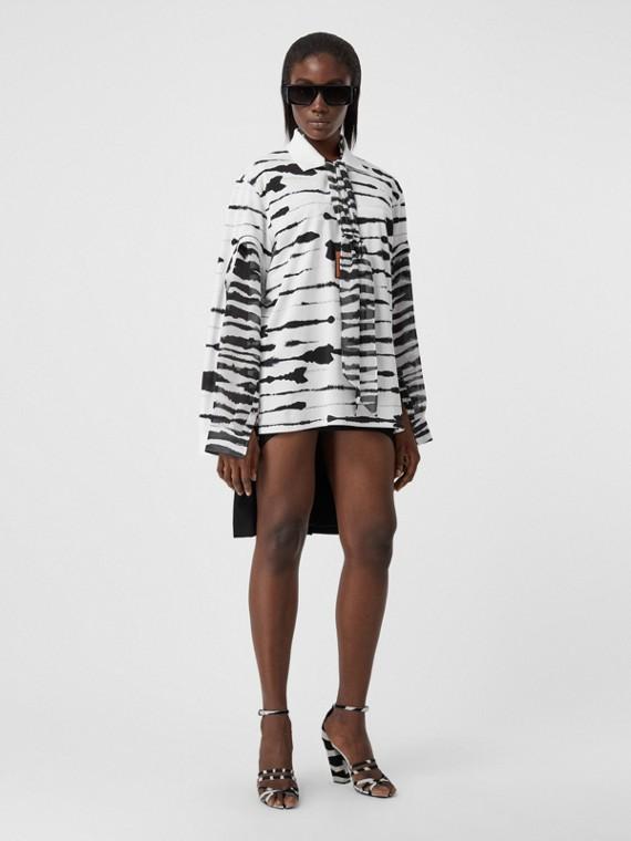 Poloshirt aus Baumwolle mit Aquarellmuster und Cutout-Details an den Ärmeln (Schwarz-weiß)