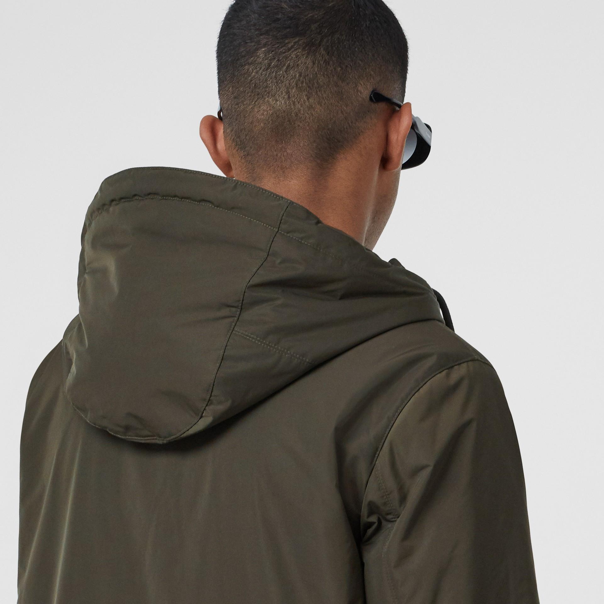 Cappotto con cappuccio in taffetà a memoria di forma con stampa Horseferry (Cachi) - Uomo | Burberry - immagine della galleria 5