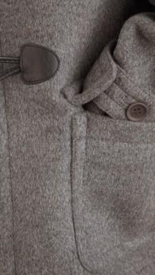 温暖的羊毛牛角扣大衣