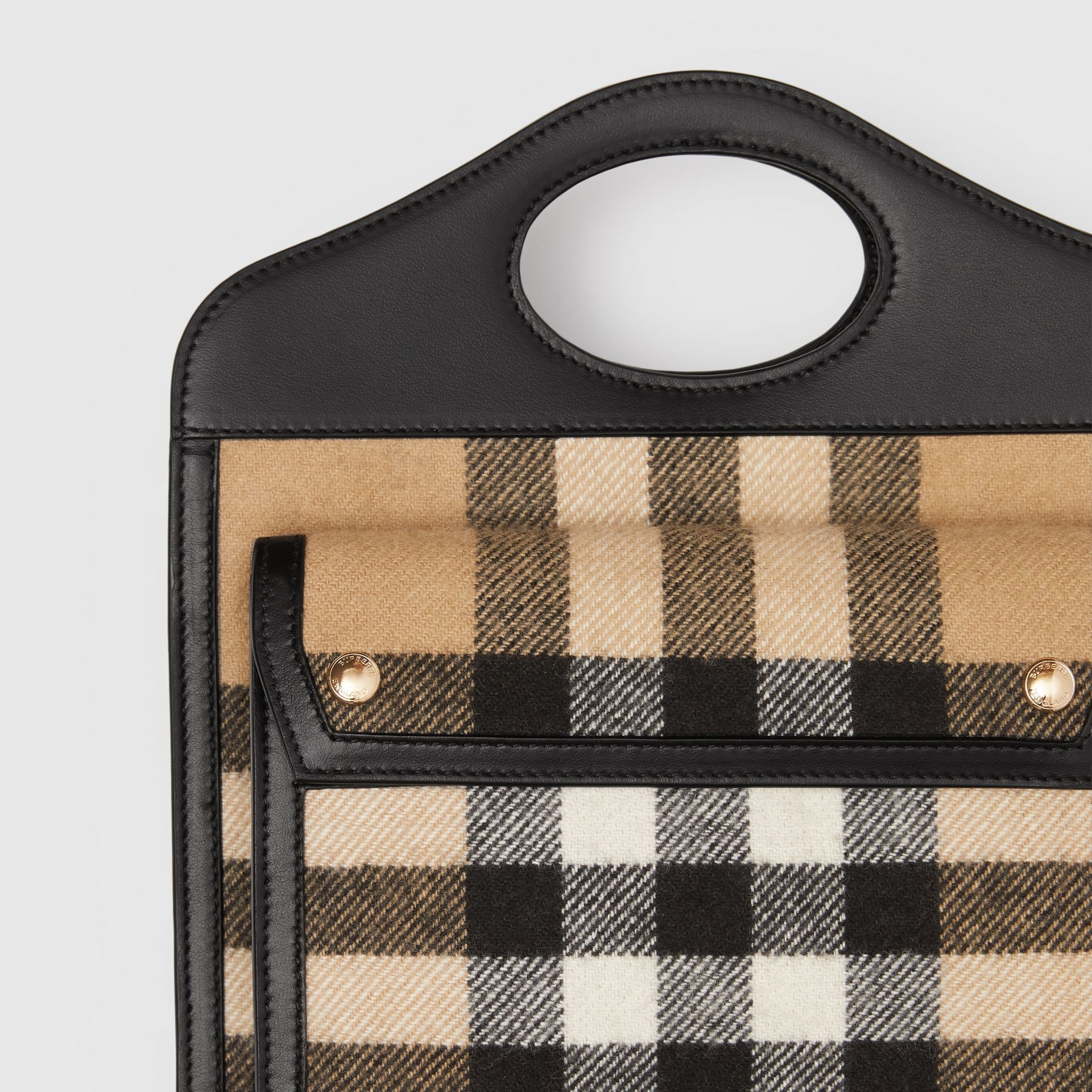 Pocket Bag im Miniformat aus Kaschmir im Karodesign und Leder (Vintage-beige) - Damen | Burberry - Galerie-Bild 1
