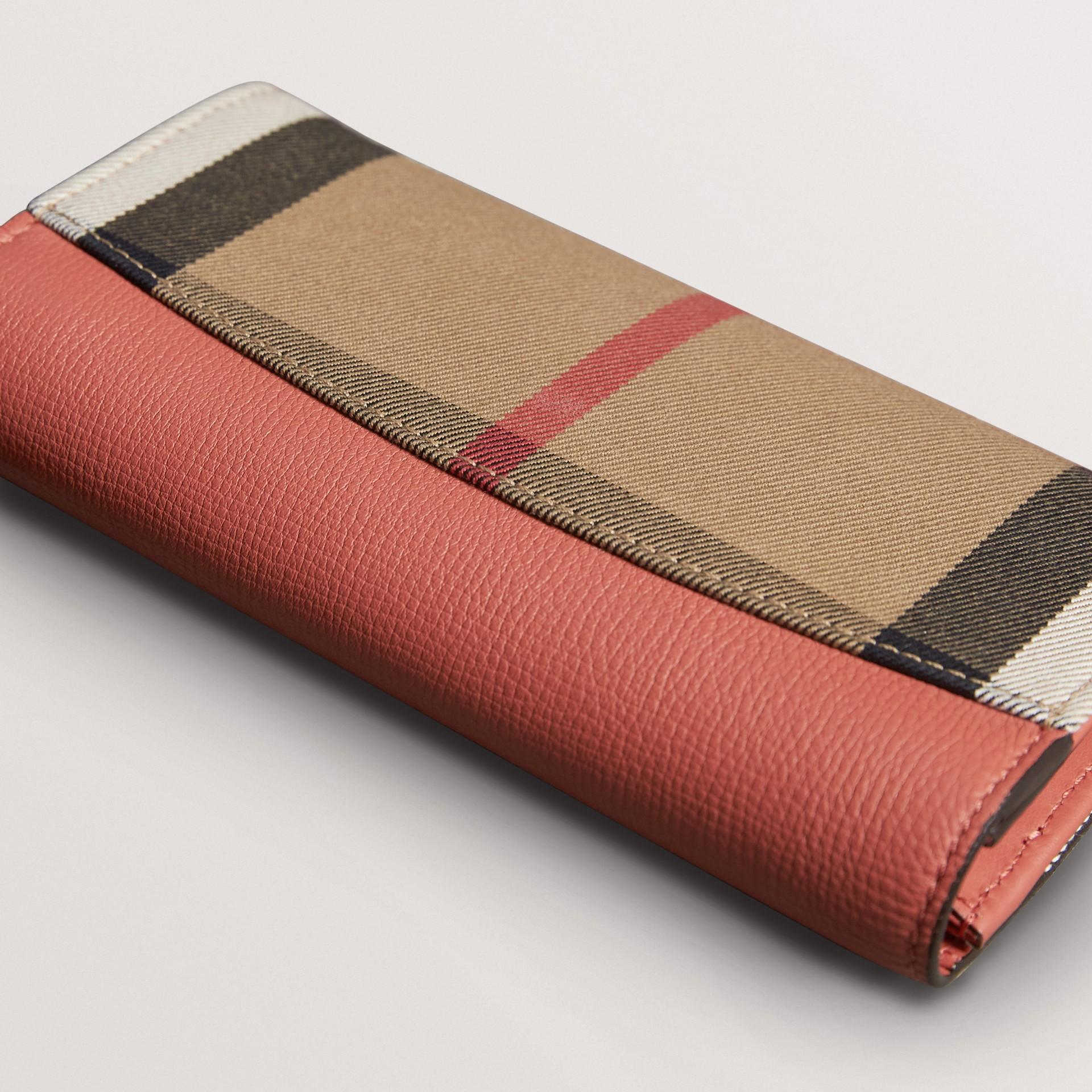 Carteira continental de couro com recorte House Check (Vermelho Canela) - Mulheres | Burberry - galeria de imagens 3