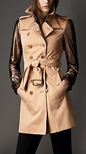 Trench coat de longitud media con mangas en cuero metalizado