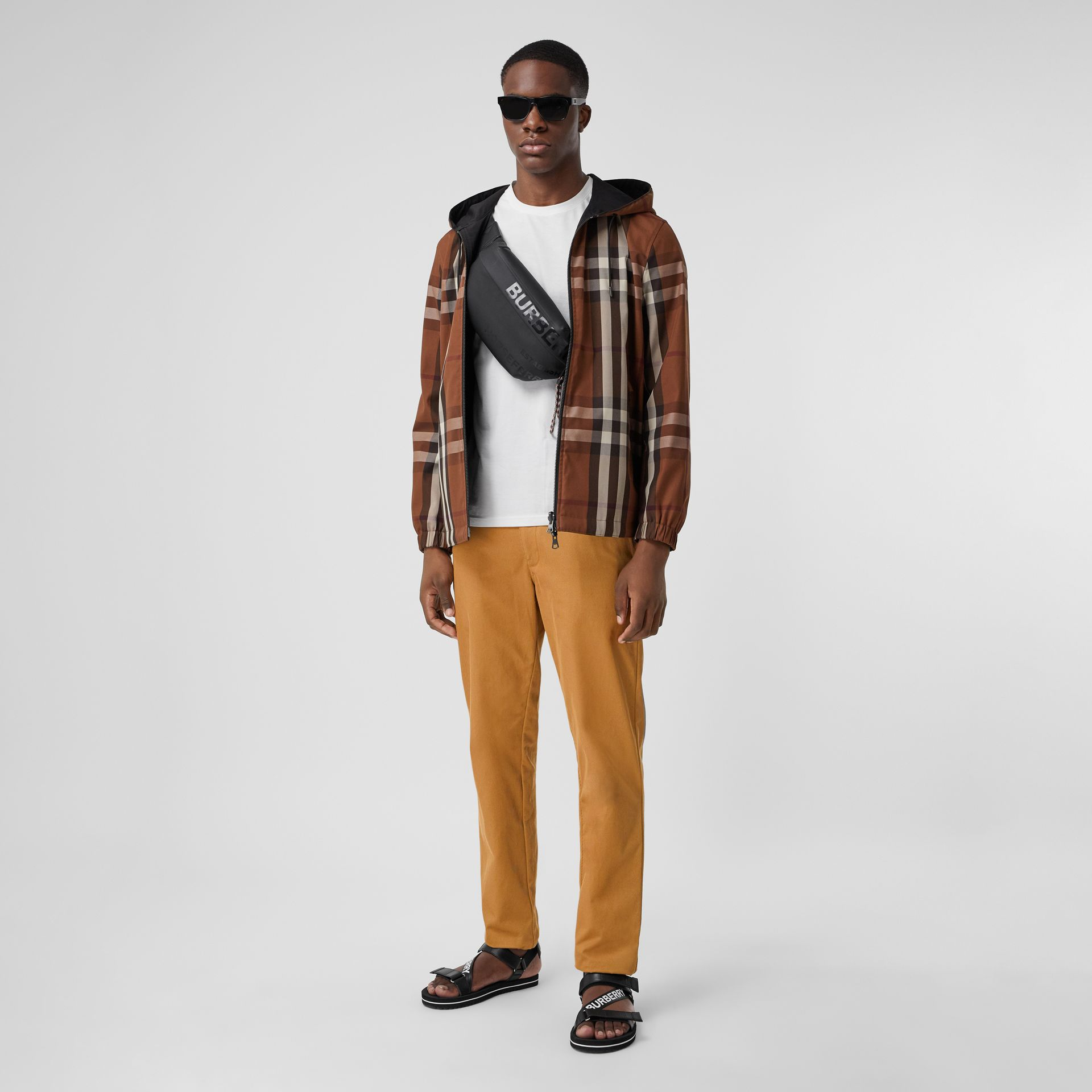 Pantalones chinos rectos en algodón con detalle de logotipo (Cámel) - Hombre | Burberry - imagen de la galería 0