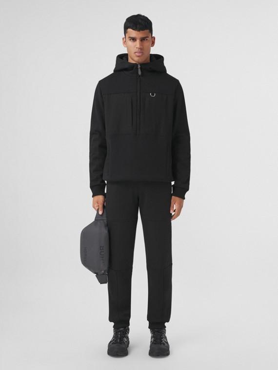 Suéter com capuz com zíper frontal em algodão com recortes contrastantes (Preto)