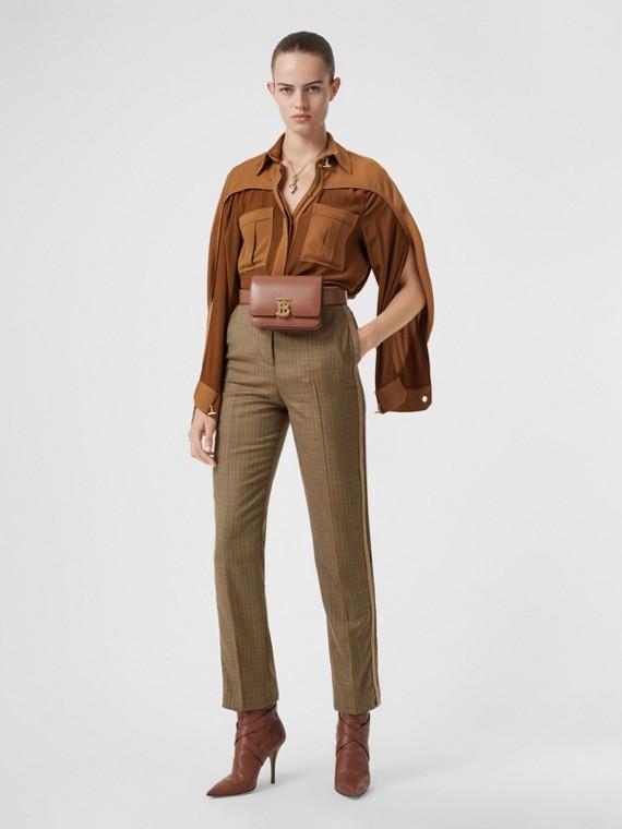 Camicia in seta bicolore con maniche stile mantella (Mogano)