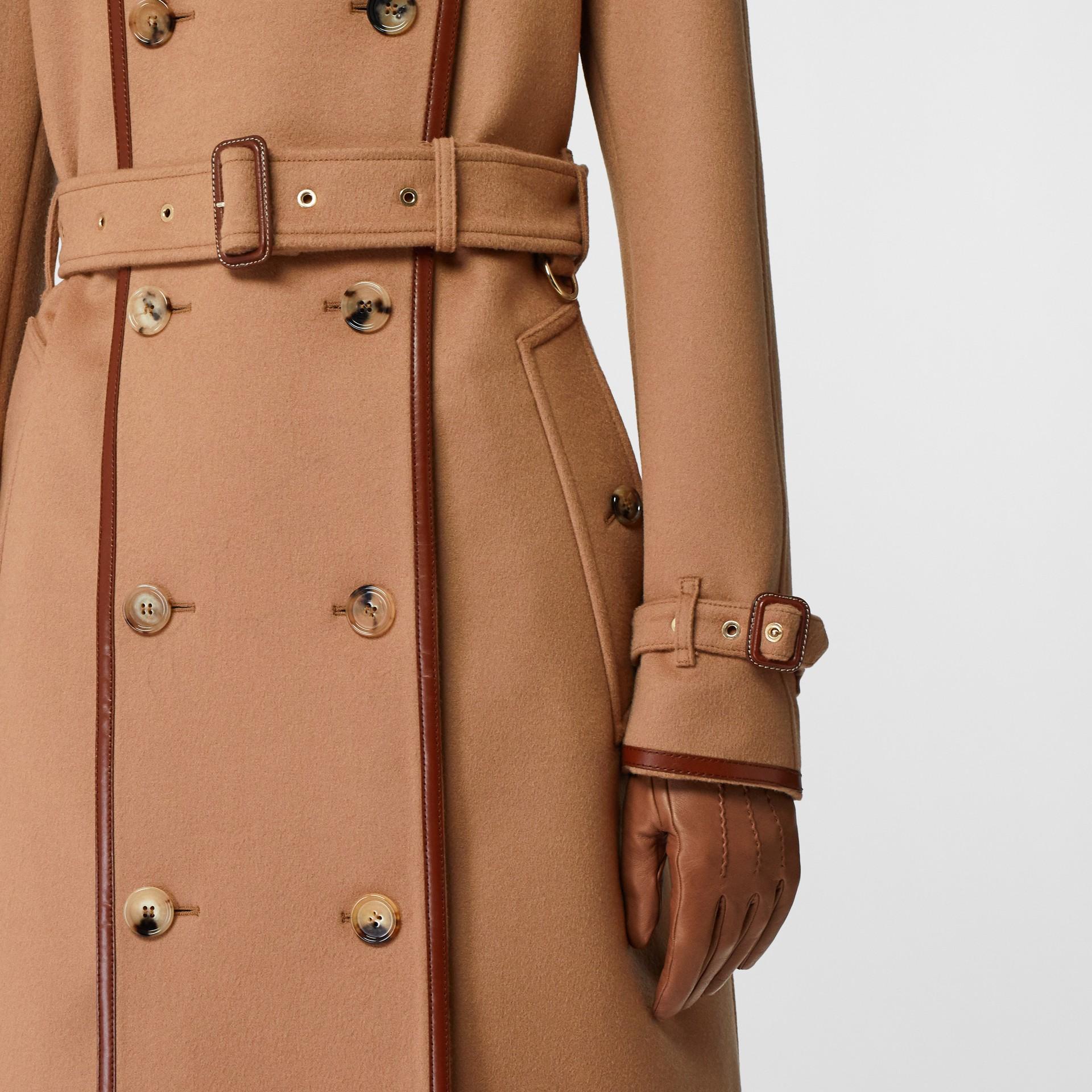 Trench coat em lã e cashmere com detalhe de recorte com botões (Camel) - Mulheres | Burberry - galeria de imagens 4