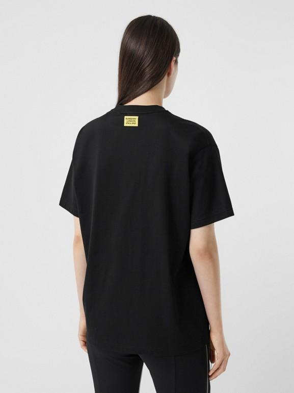 Camiseta oversize com estampa de slogan - Exclusividade online (Preto) - Mulheres | Burberry - cell image 1