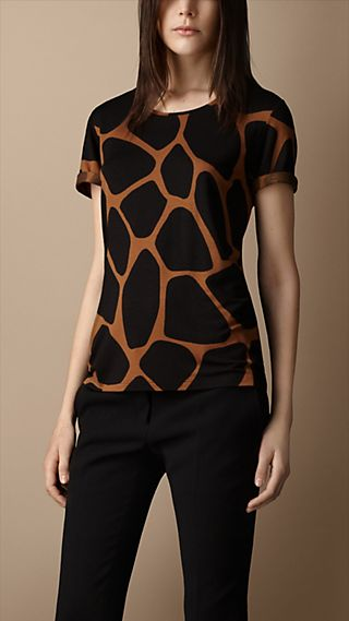 Camiseta com estampa animal print abstrata