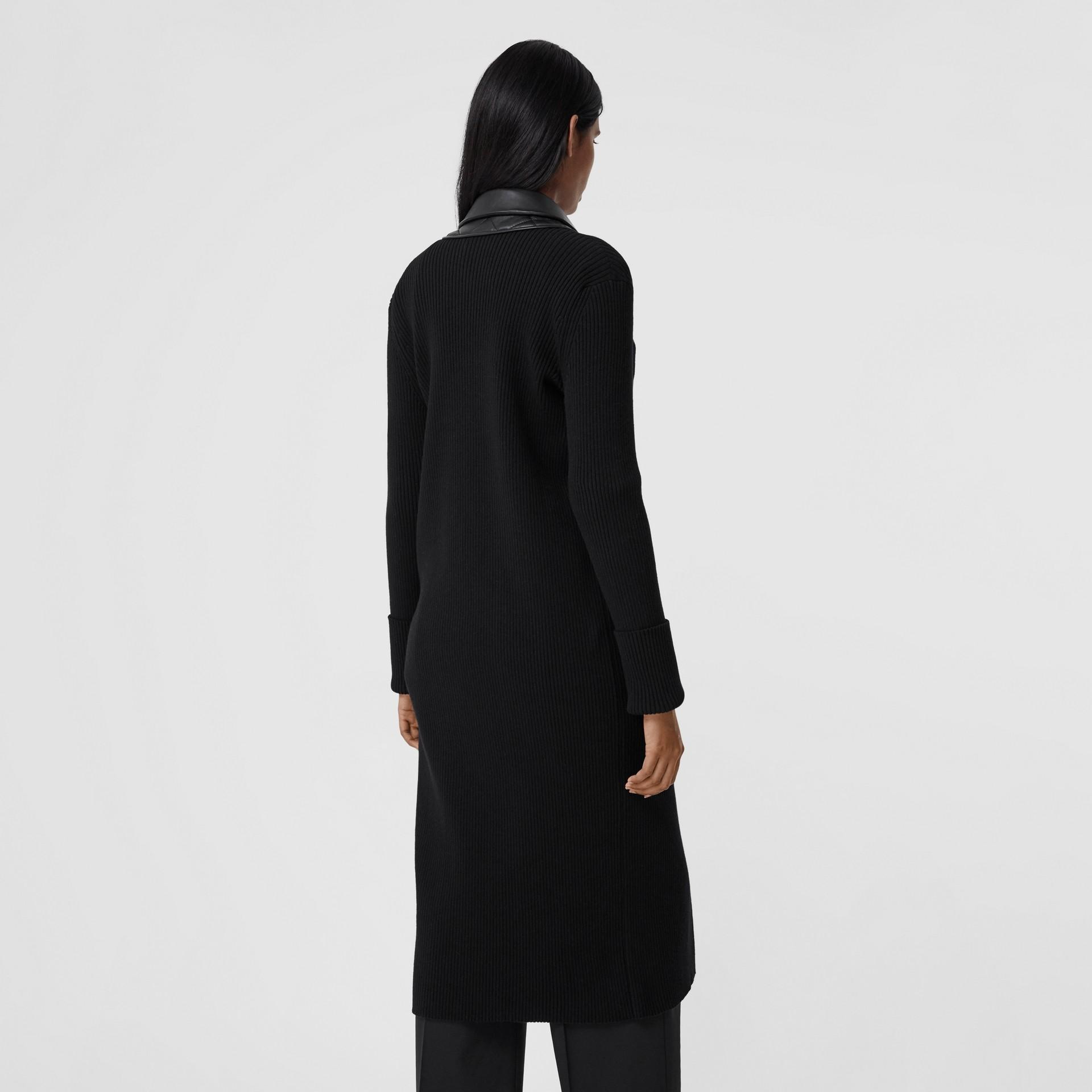 Rebeca en punto de lana con paneles estilo americana en piel de ovino (Negro) - Mujer | Burberry - imagen de la galería 2