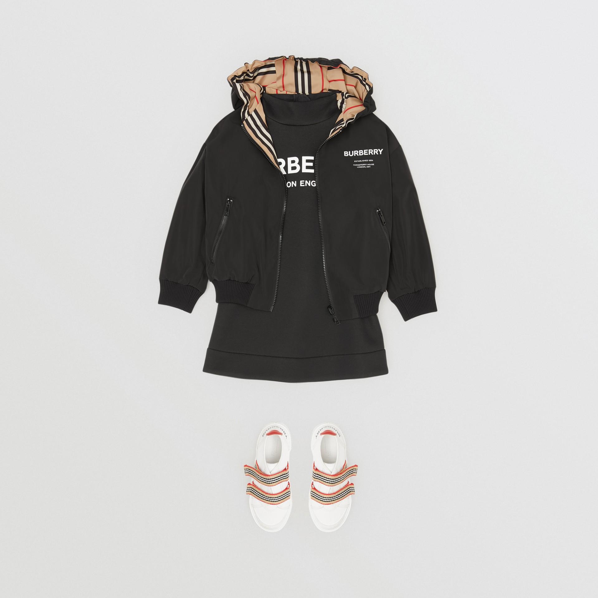 Chaqueta reversible a rayas Icon Stripe con capucha (Negro) | Burberry - imagen de la galería 3