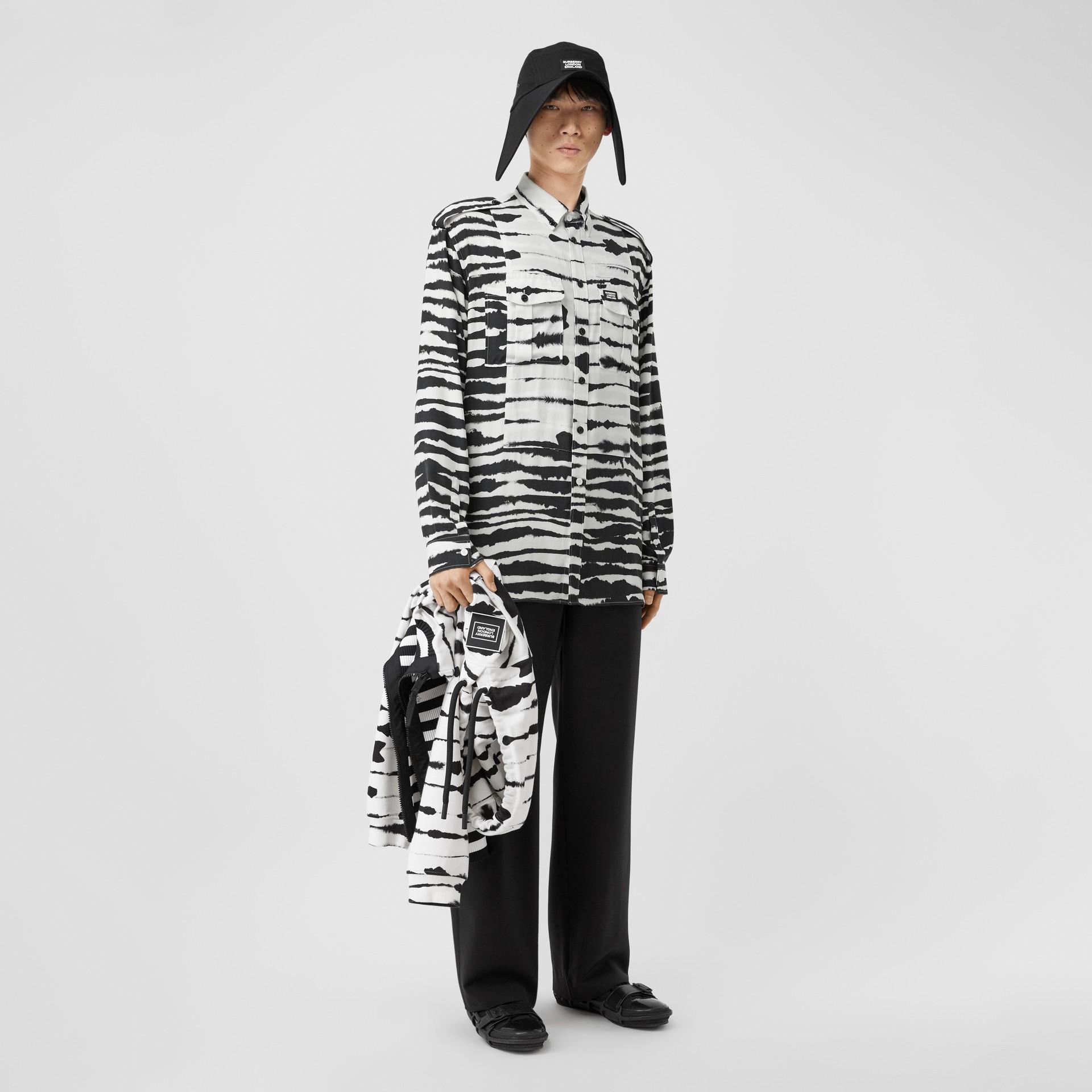 Camisa oversize de sarja com estampa de aquarela e detalhe contrastante (Monocromático) | Burberry - galeria de imagens 6