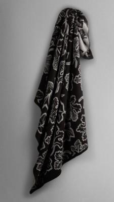 手绘图样的设计灵感源自於复古英伦壁纸印花,并於苏格兰以提花织布机