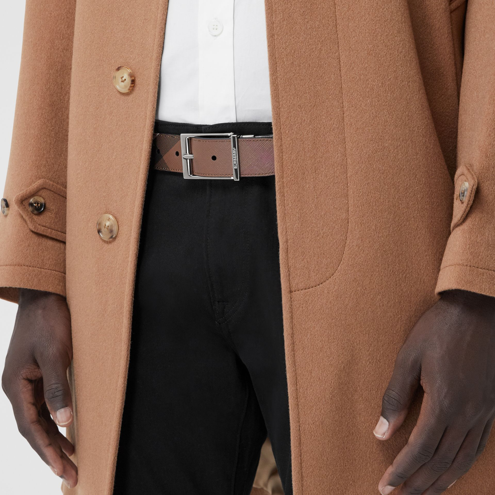 Cintura reversibile in e-canvas con motivo tartan e pelle (Marrone Betulla Scuro/nero) - Uomo | Burberry - immagine della galleria 2
