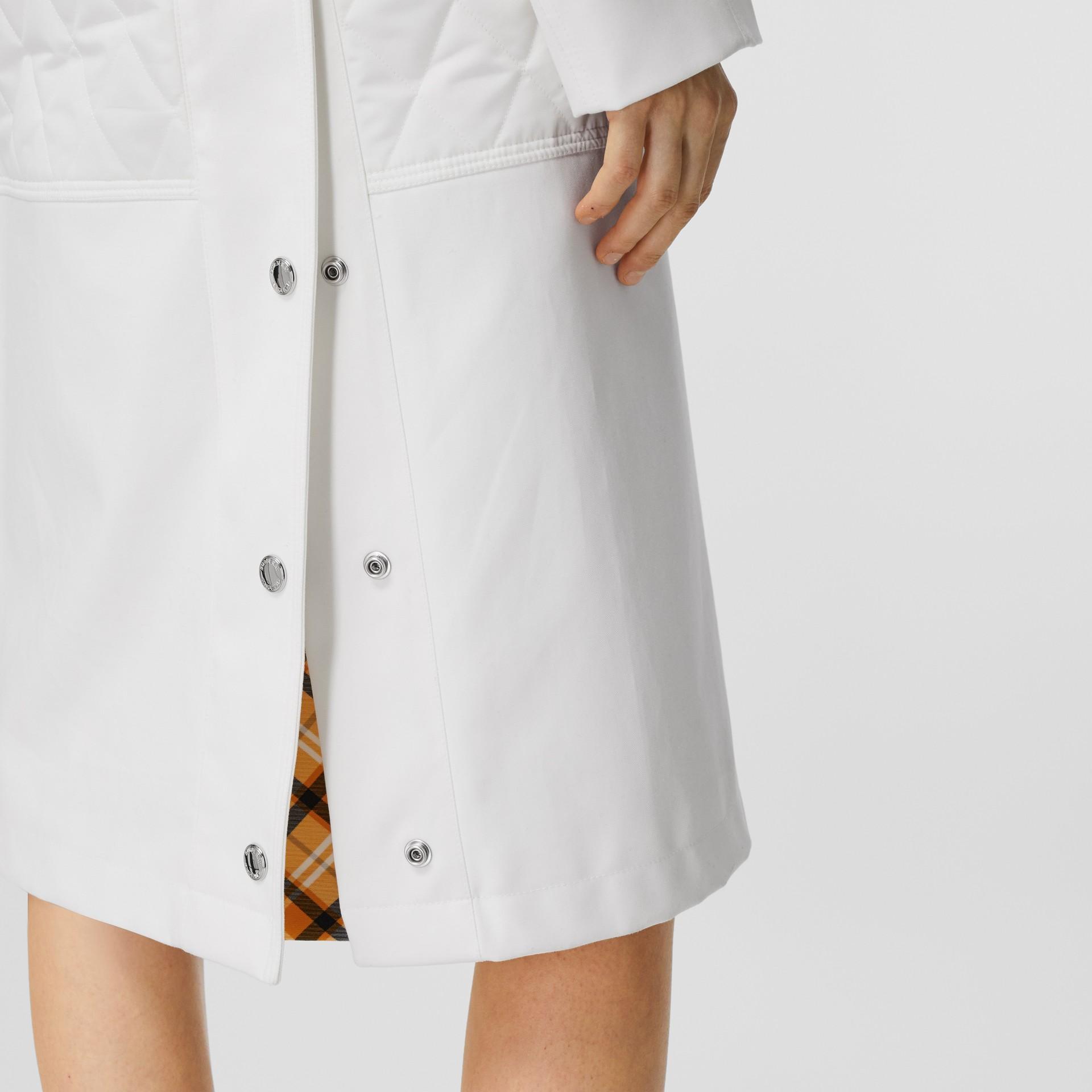 Car coat de gabardine de algodão com recorte em matelassê (Branco Natural) - Mulheres | Burberry - galeria de imagens 5