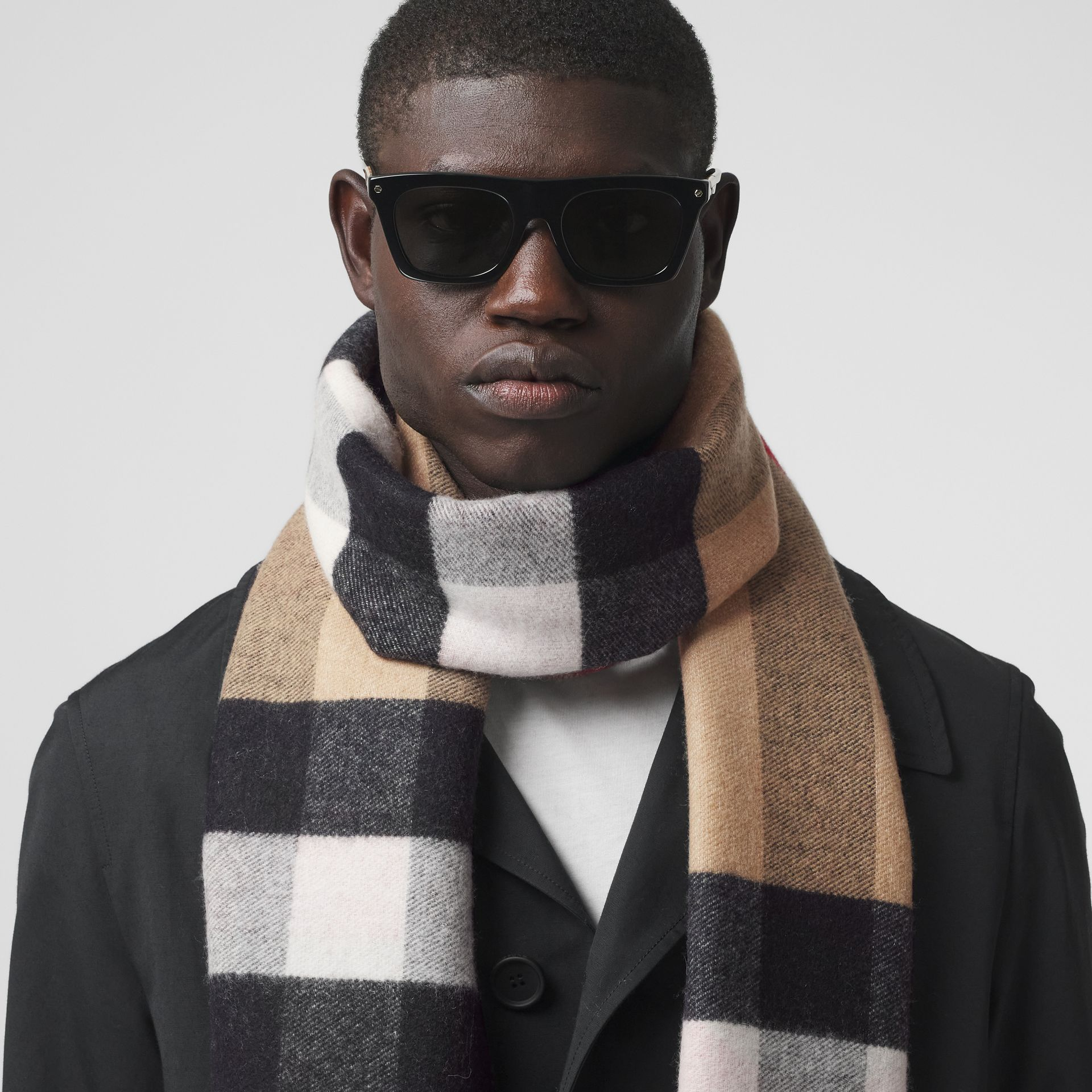 Reversible Check and Logo Cashmere Scarf in Archive Beige | Burberry - gallery image 3