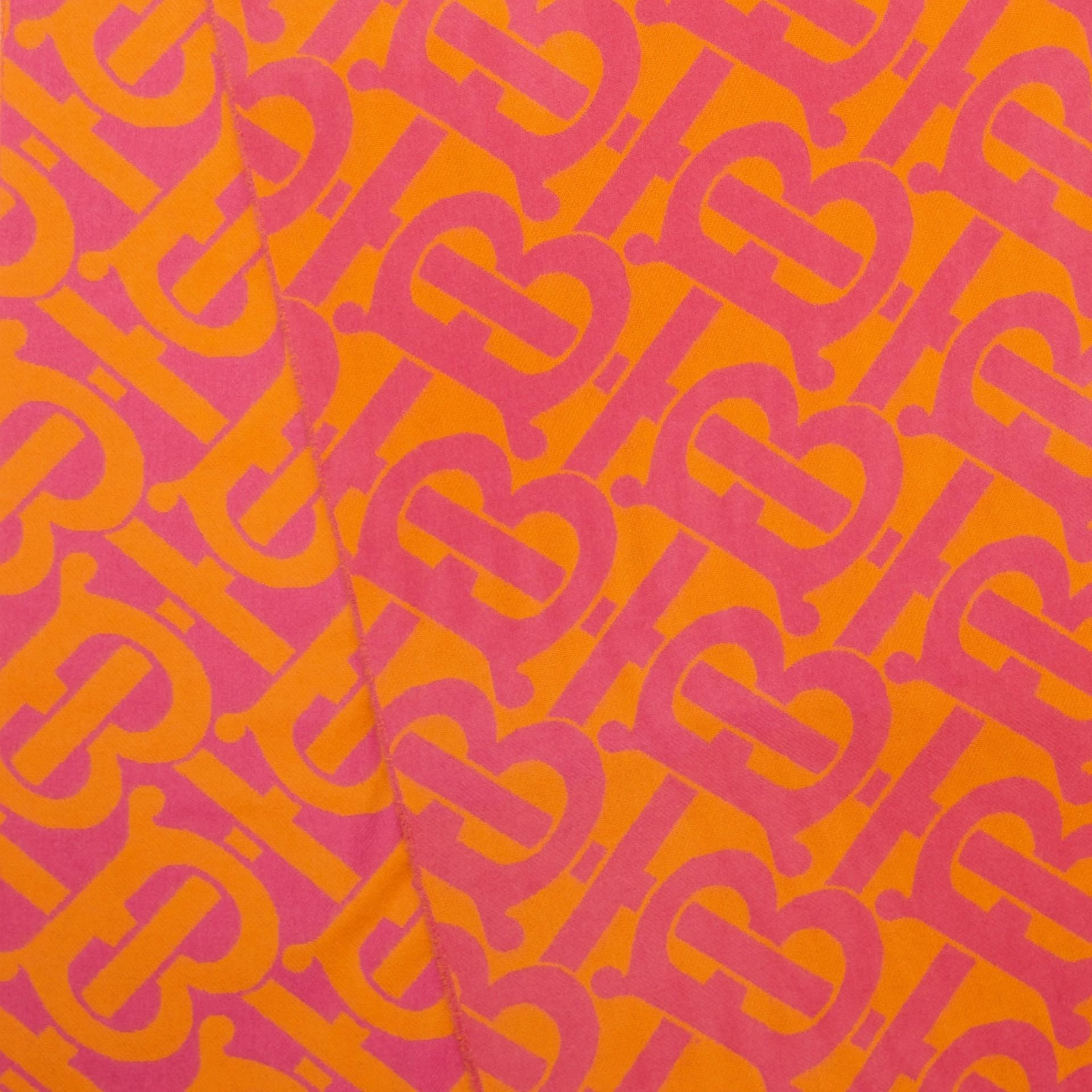 Bufanda en cachemir con motivo de monogramas en jacquard (Rosa Intenso) | Burberry - imagen de la galería 1