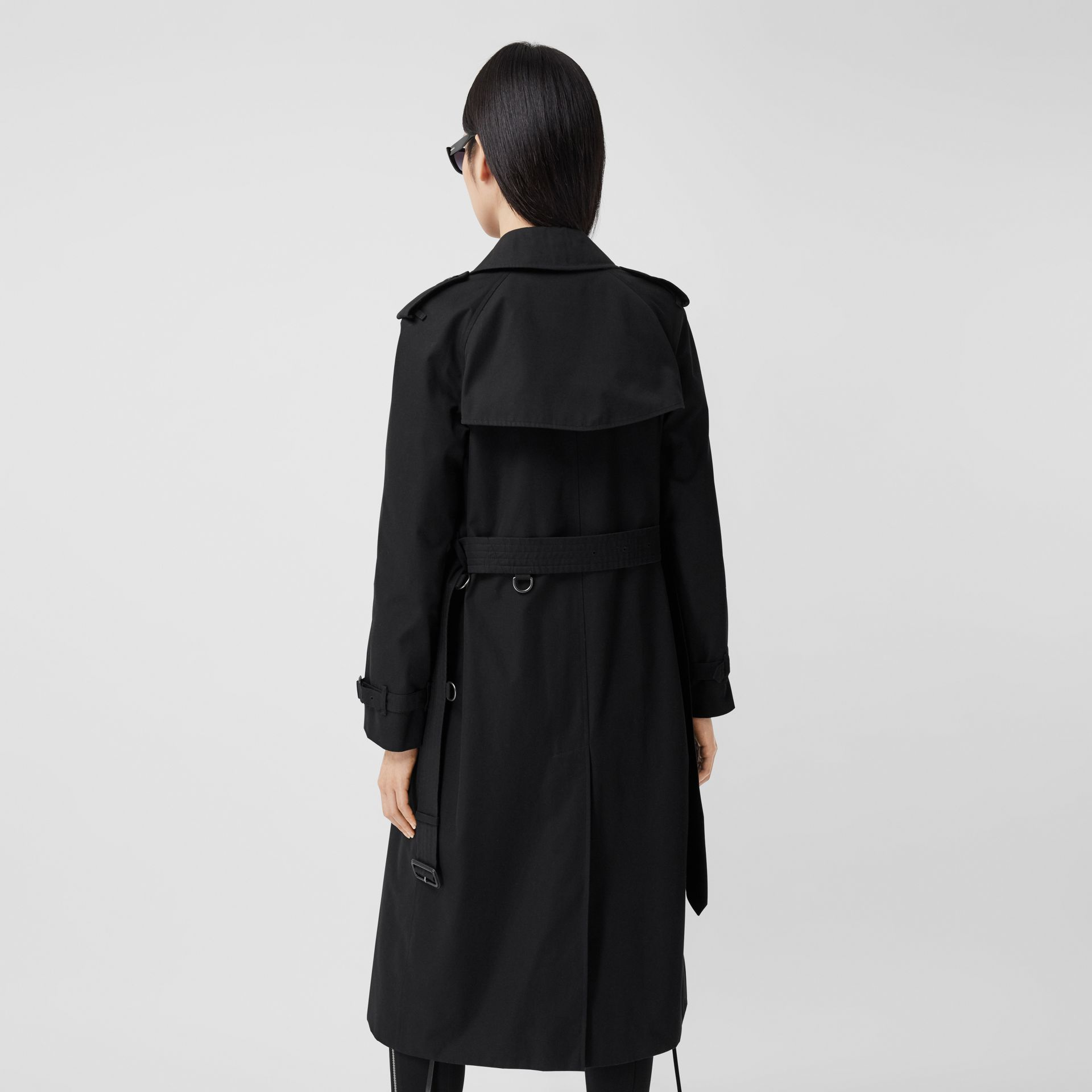 The Long Waterloo Heritage Trench Coat in Black - Women   Burberry United Kingdom - gallery image 2