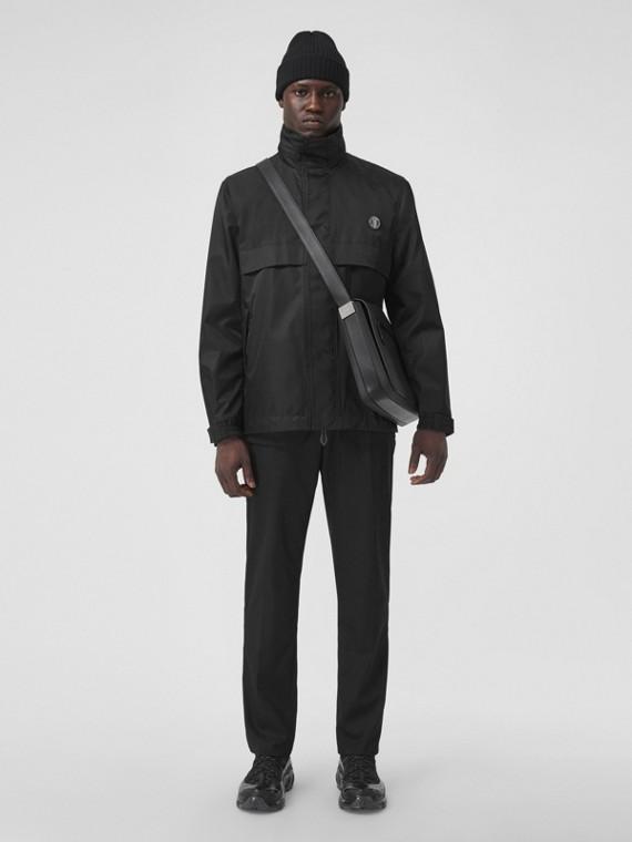 Jacke aus ECONYL® mit verstaubarer Kapuze und Monogrammmotiv (Schwarz)