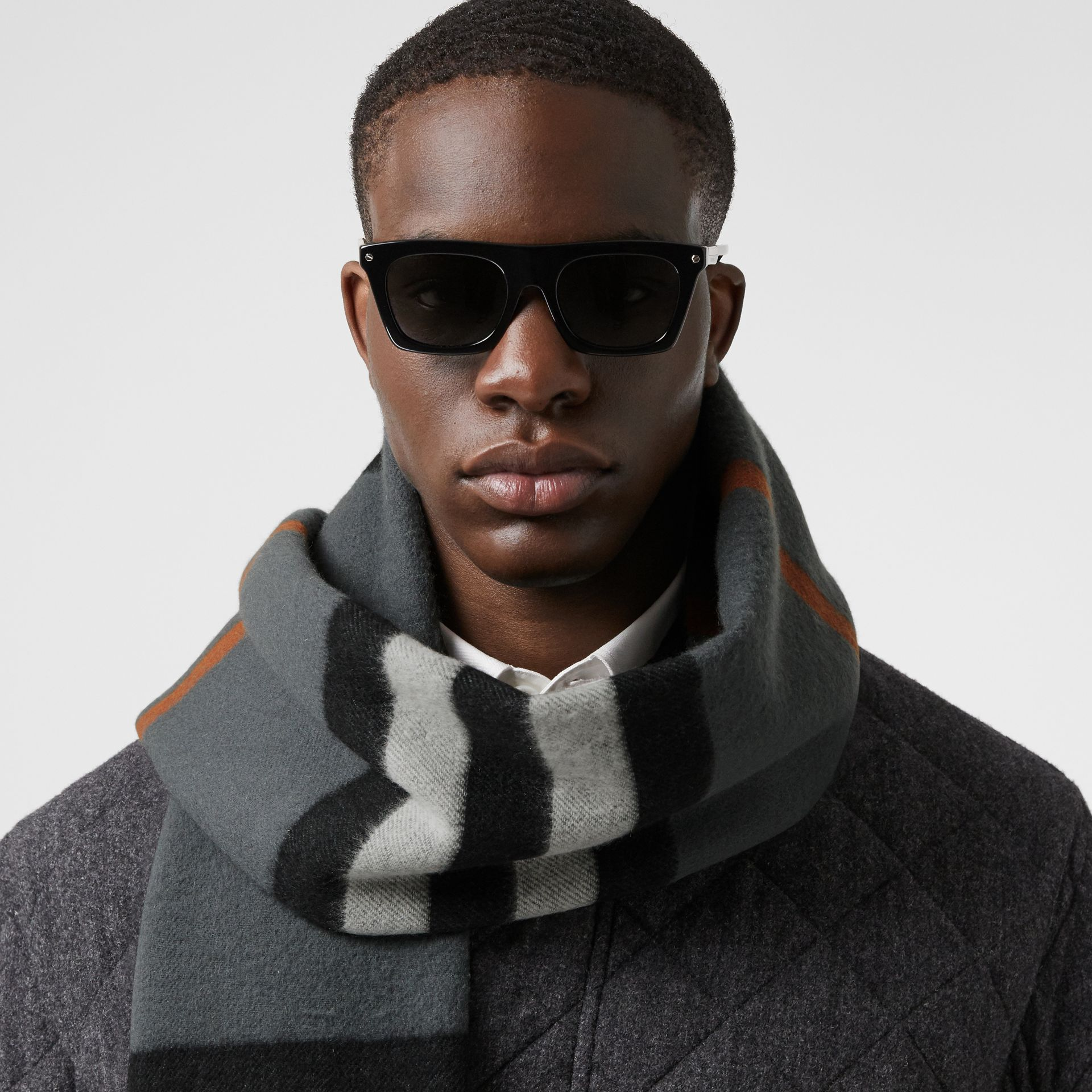 Icon Stripe Cashmere Jacquard Scarf in Mid Grey | Burberry - gallery image 3