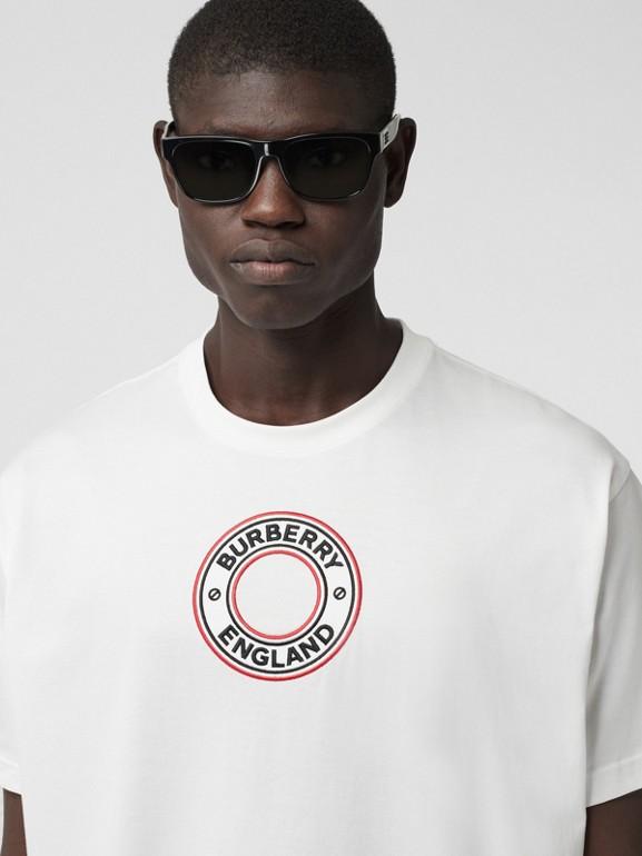 T-shirt oversize in cotone con applicazione con grafica e logo (Bianco) - Uomo | Burberry - cell image 1