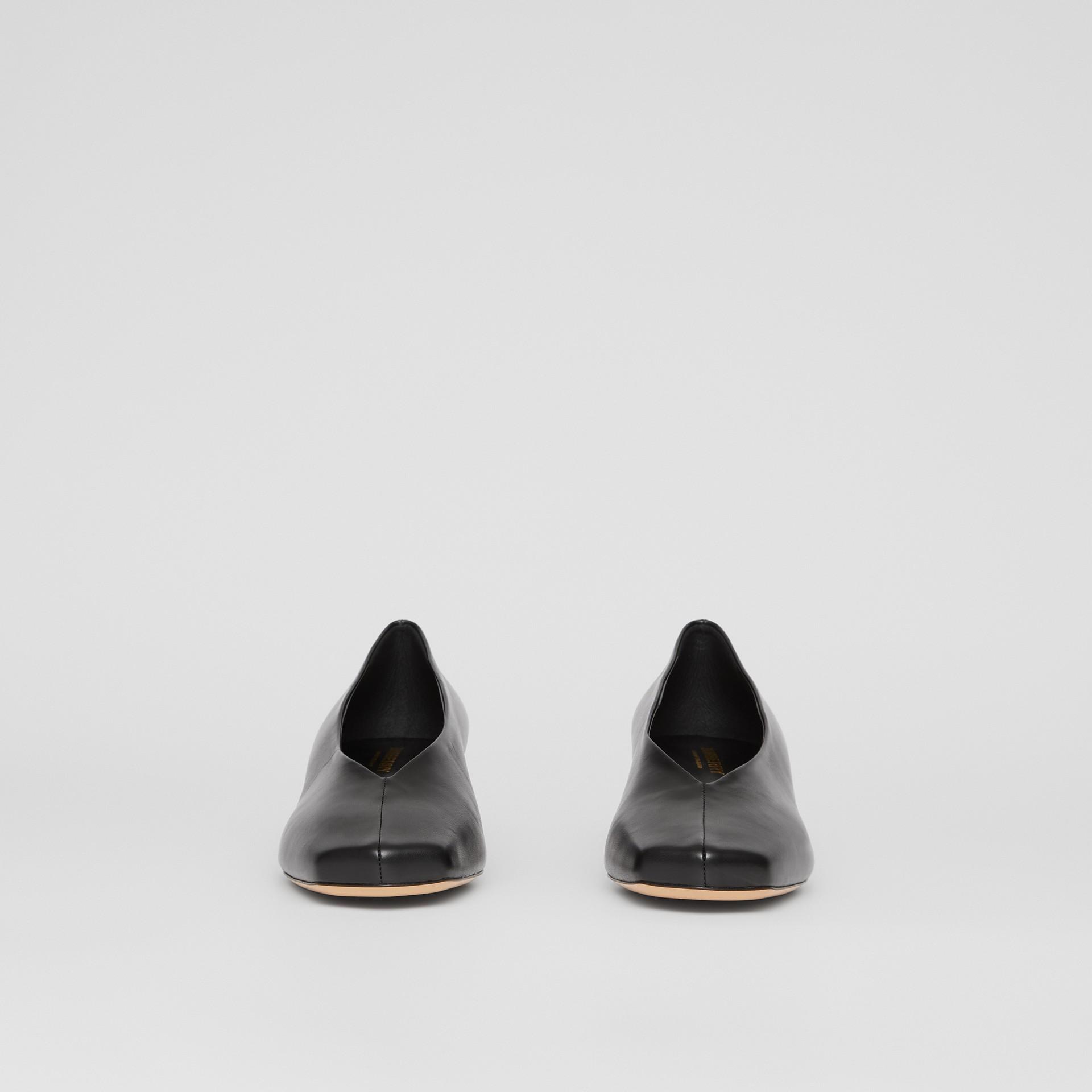 Scarpins de couro de cordeiro com salto kitten (Preto) - Mulheres   Burberry - galeria de imagens 3