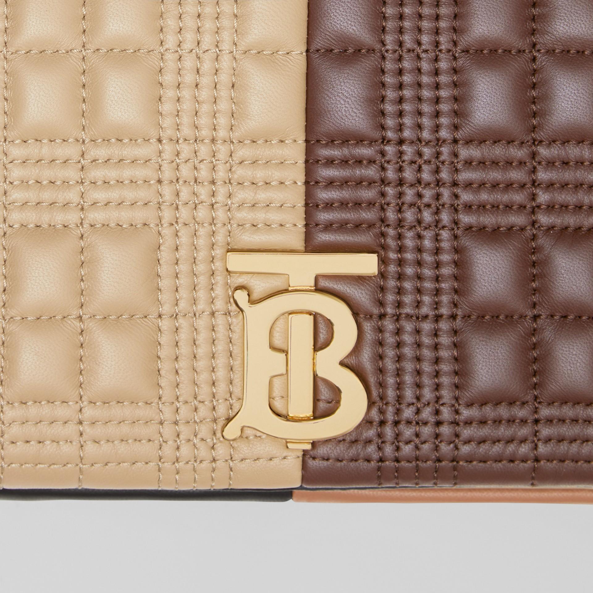 Bolsa Lola de couro de cordeiro em colour block - Pequena (Fulvo Suave/mocha Escuro) - Mulheres | Burberry - galeria de imagens 1