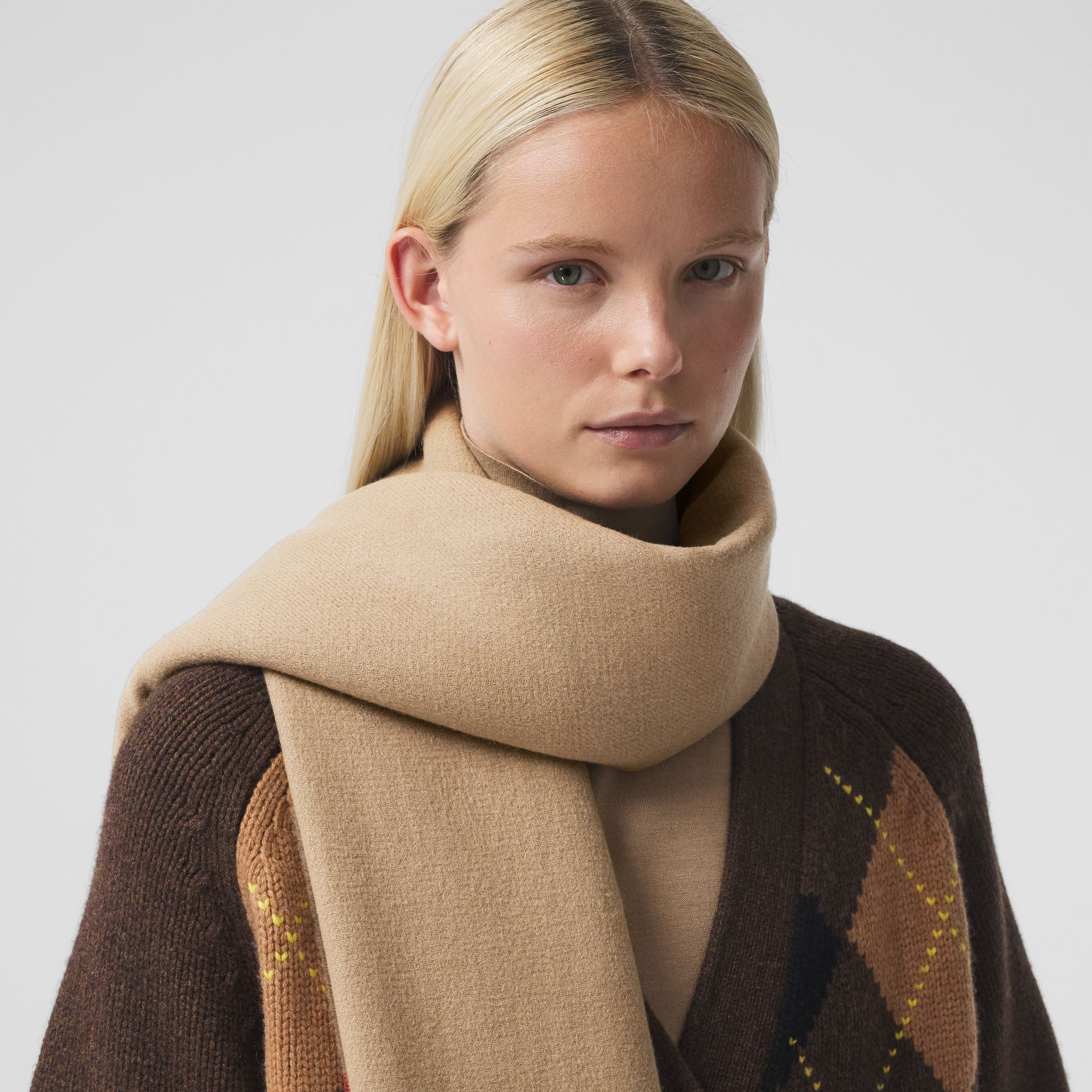 Icon Stripe Cashmere Jacquard Scarf in Archive Beige | Burberry - gallery image 2