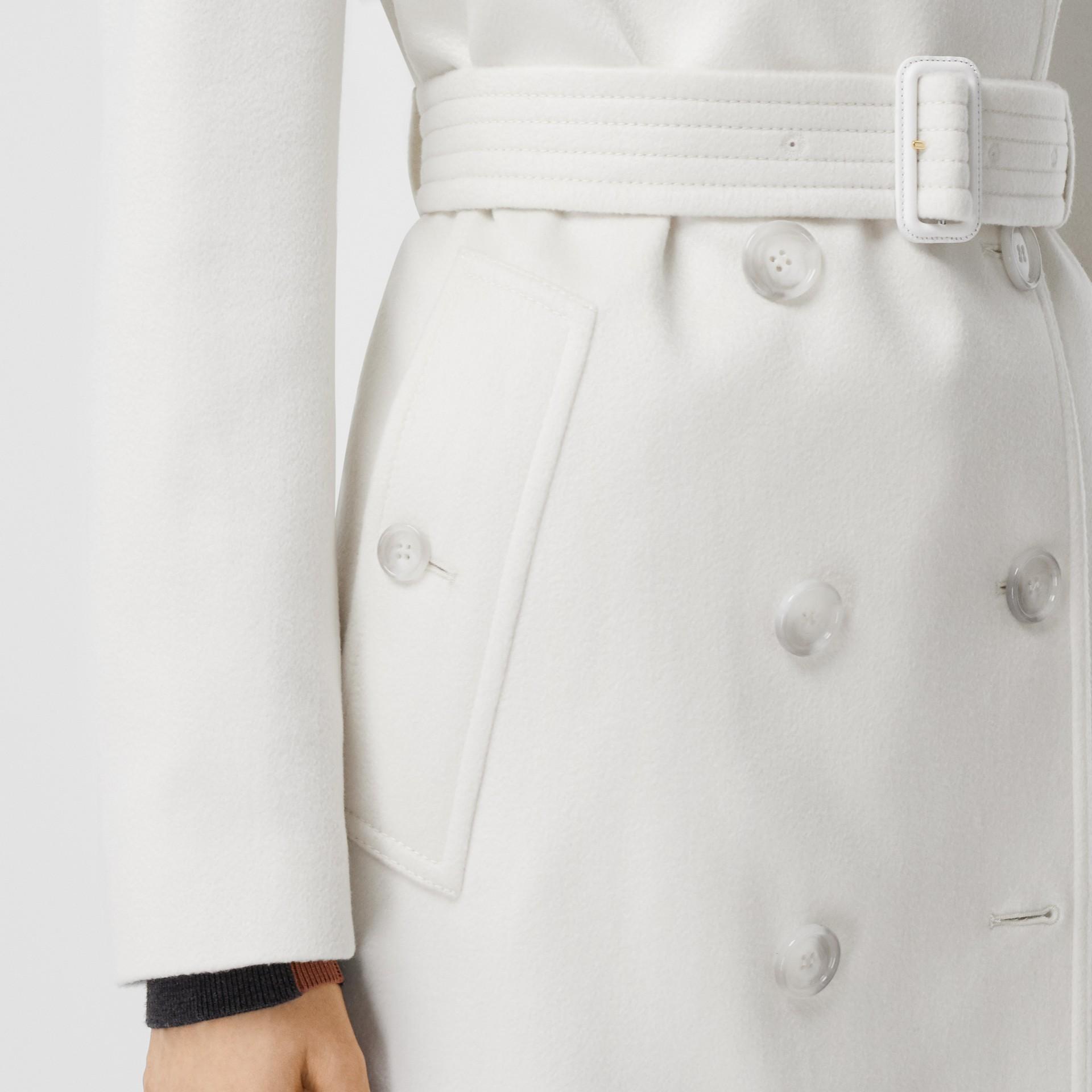 Trench coat in cashmere con pannello in gabardine di cotone (Bianco Naturale) - Donna | Burberry - immagine della galleria 4